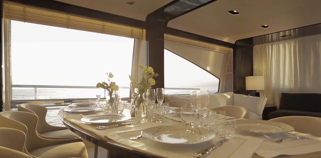 Una mesa más larga para cuando se acumulan los invitados.