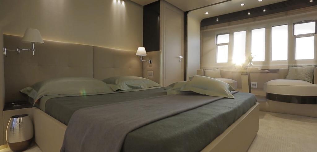 El dormitorio principal cuenta con mucho espacio y un televisor de 40 pulgadas.