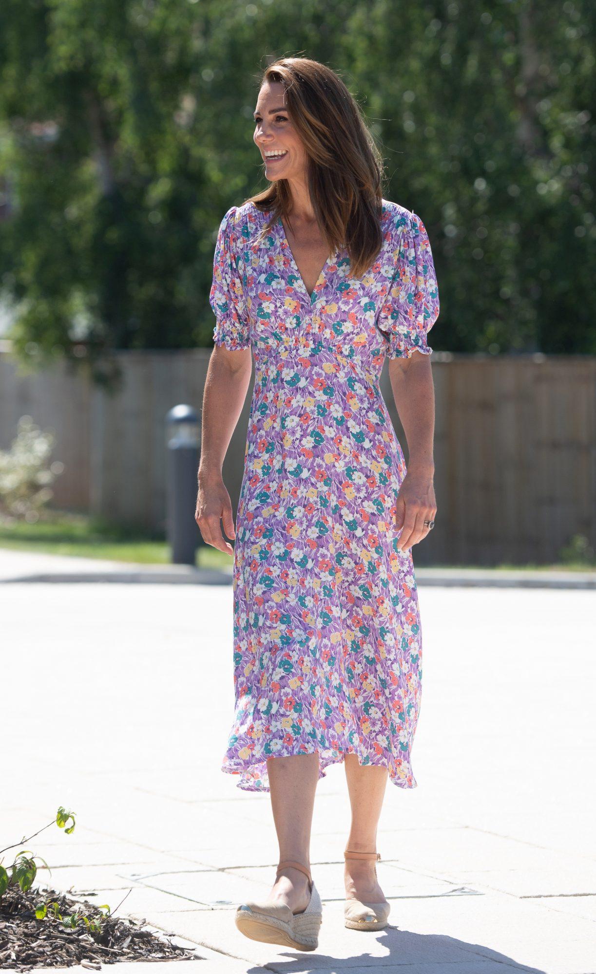 Fresca y femenina lució la duquesa con este vestido morado con estampado floral.