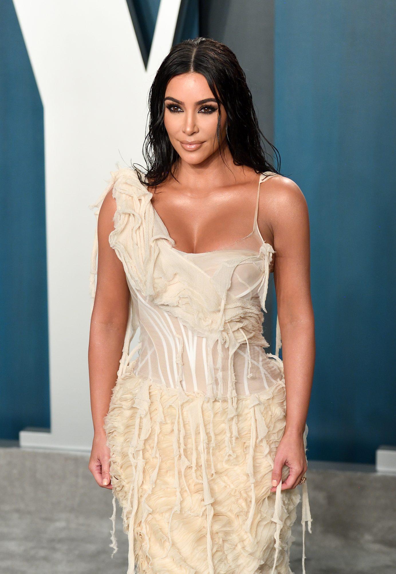 Kim Kardashian salió de la cuarentena con el cabello rojo
