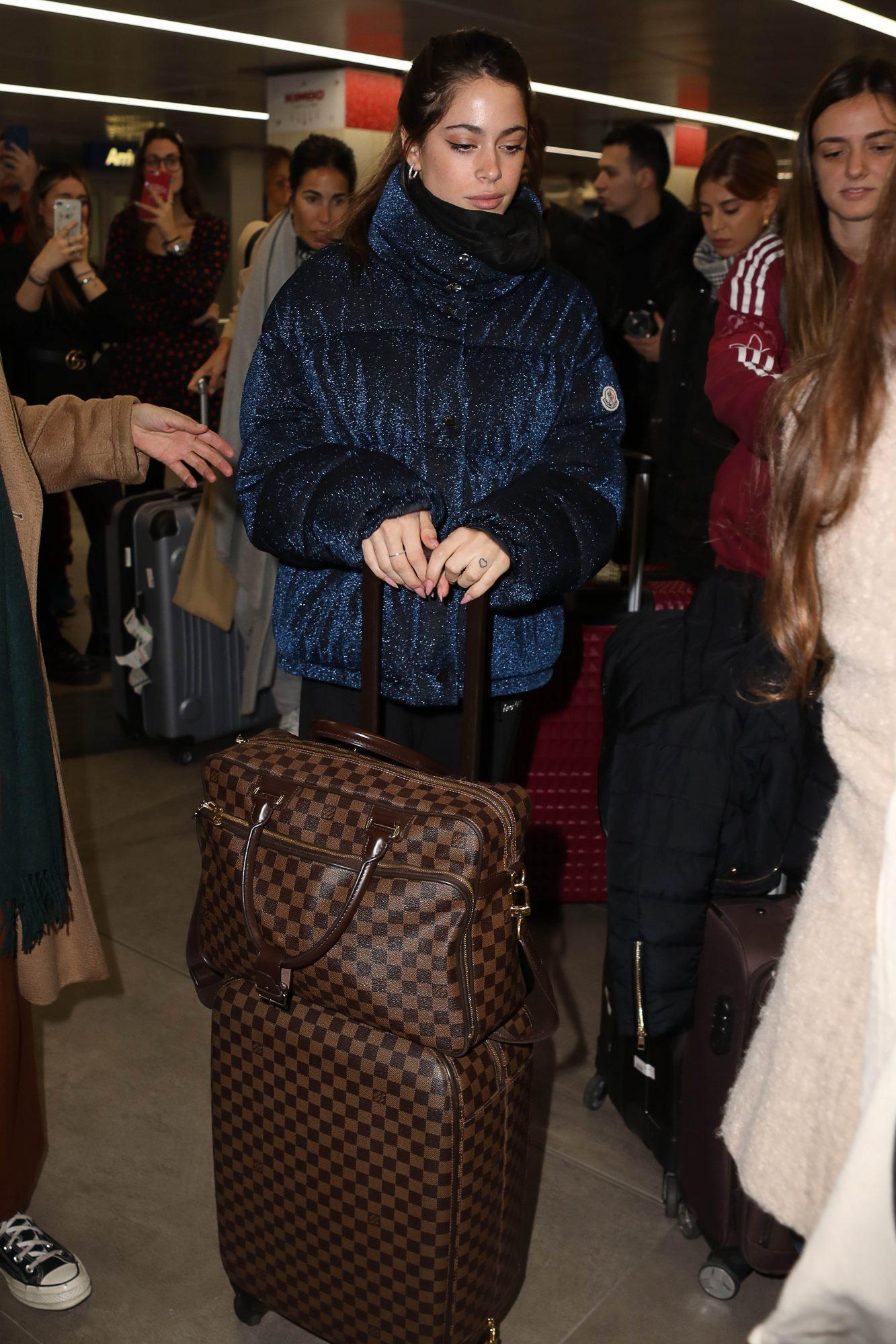 En cuanto a bolsos y maletas se refiere es fiel a las maisons de moda francesa más clásicas, como Louis Vuitton y Chanel.