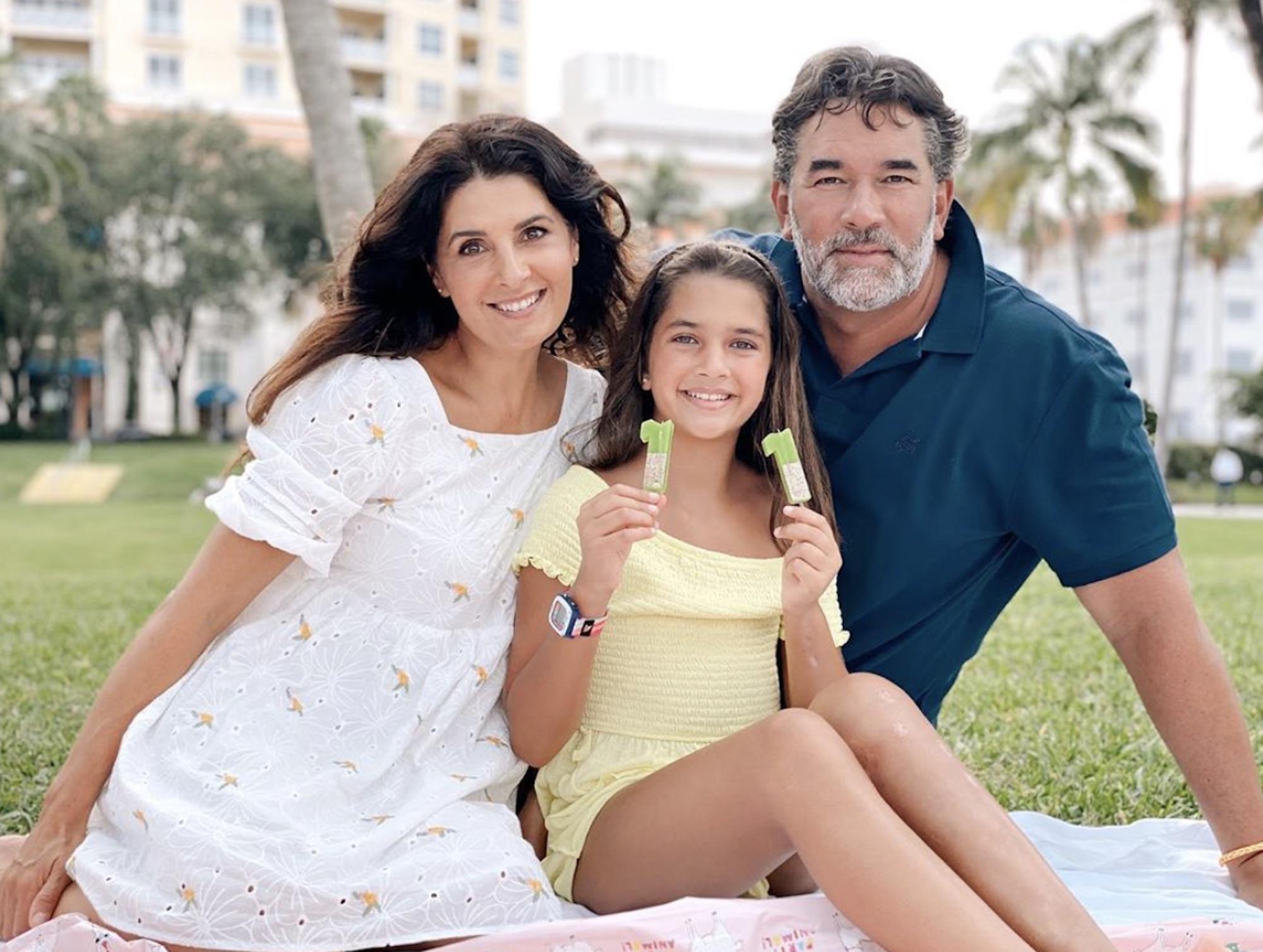 Mayrín Villanueva, Eduardo Santamarina y su hija Julia