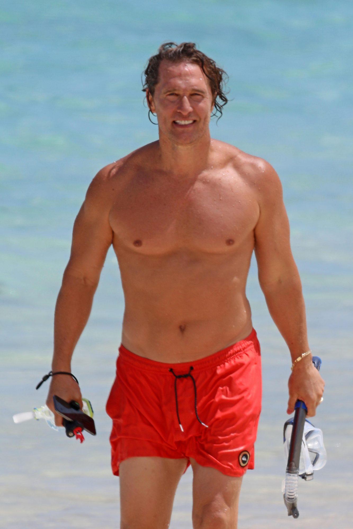 A sus 50 años, Matthew McConaughey luce mejor que nunca. El actor fue fotografiado luciendo su musculoso cuerpo en una playa en Hawái.