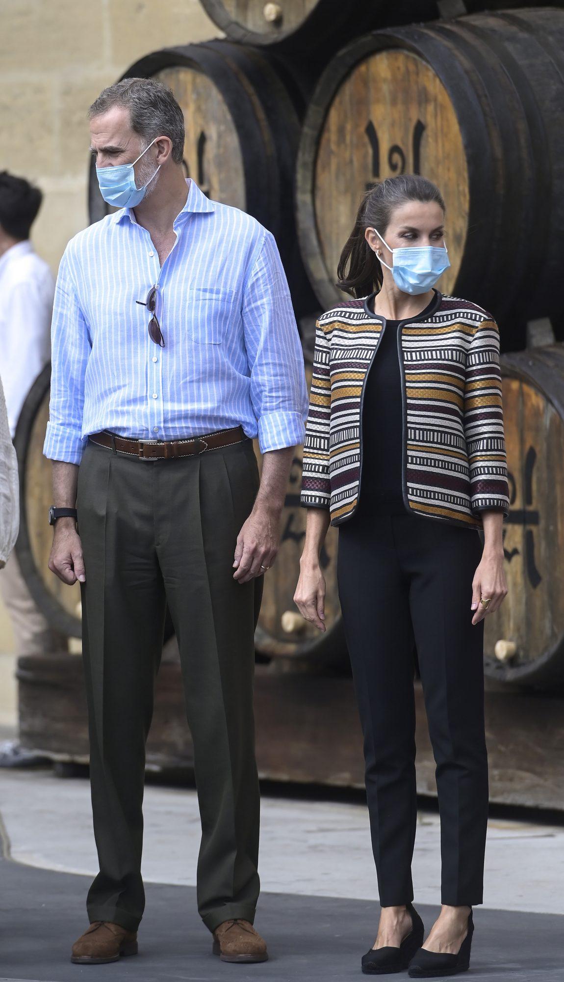 ¿Tienes que volver a la oficina? Cópiale este look smart casual que escogió para visitar unas bodegas en La Rioja, con chaqueta de mangas tres cuartos y pantalones tobilleros.