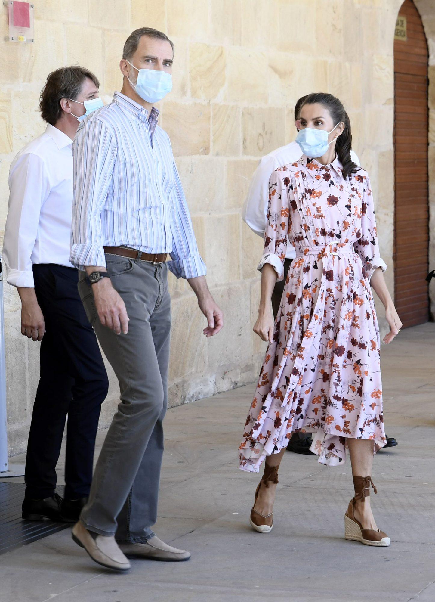 Una de las claves de su estilo este verano han sido los vestidos con estampado de flores. Este con falda plisada y cinturón es de Hugo Boss, otra de sus marcas más repetidas.