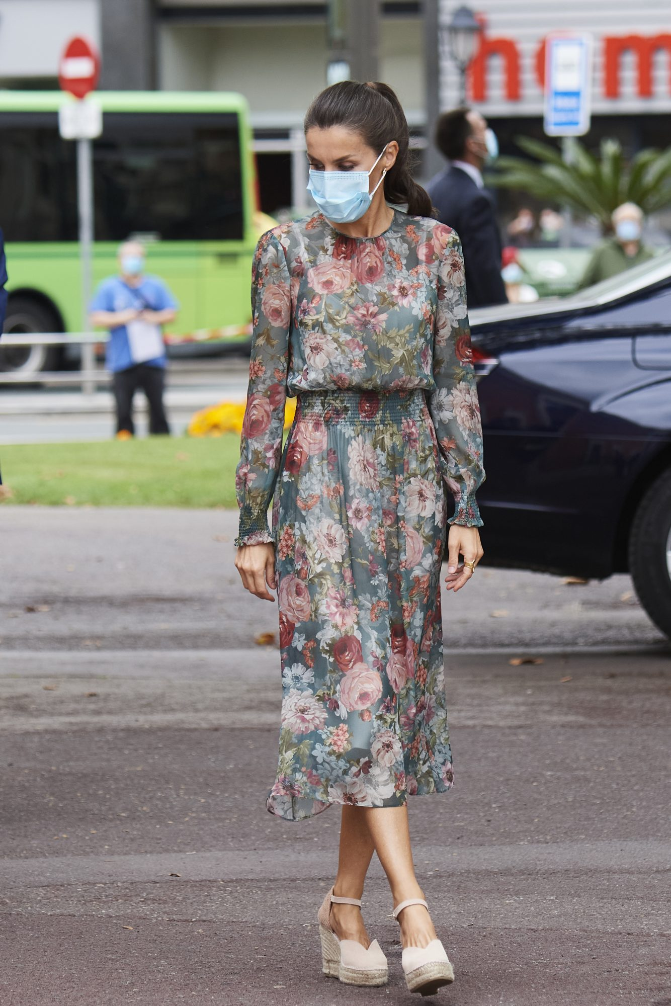 Para visitar el País Vasco, donde el clima es un poco más fresquito, la reina eligió un vestido de gasa vaporoso con estampado de peonías y sus inseparables alpargatas de la marca española Macarena Shoes.