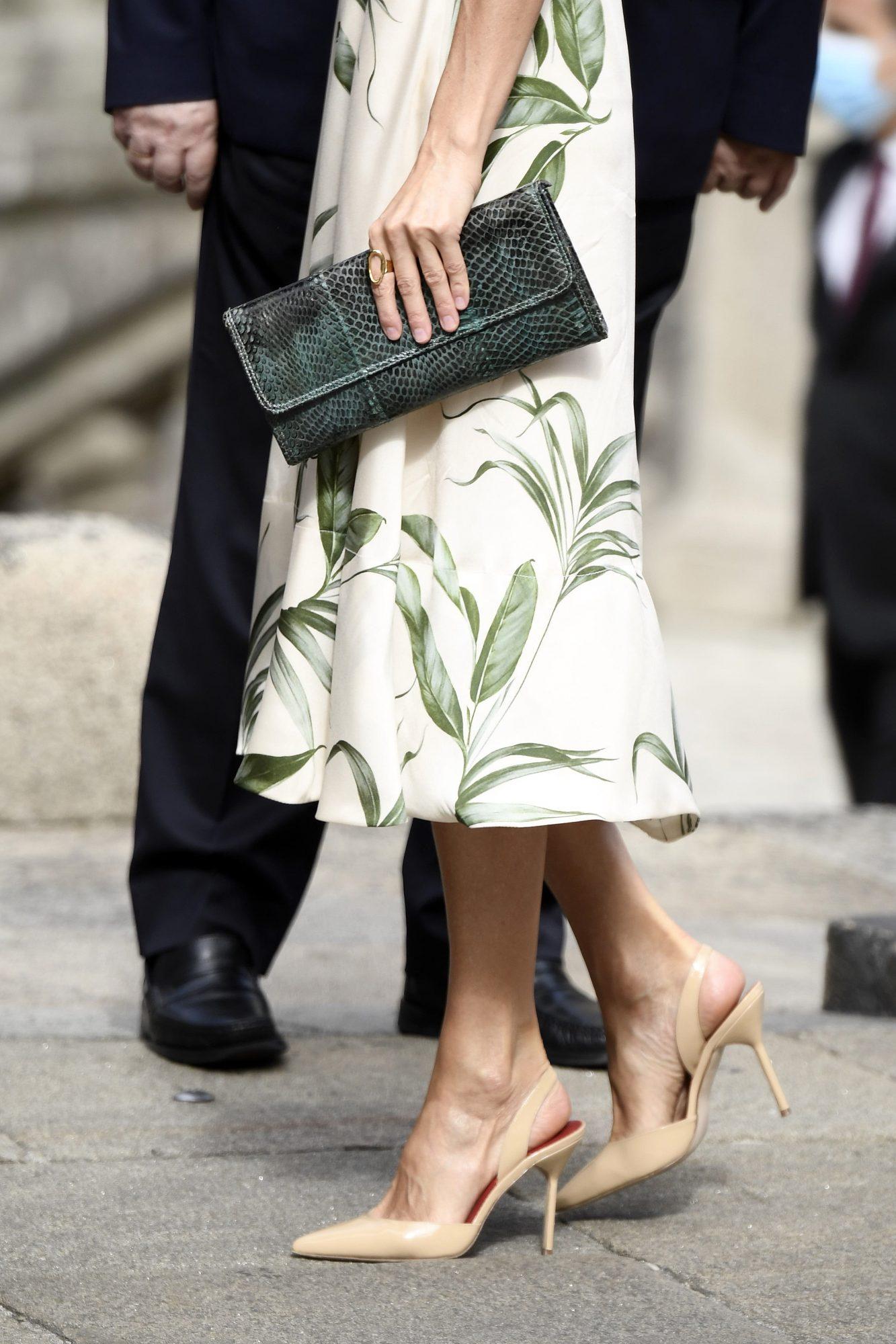Otra pieza clave que nunca falta en sus estilismos es este anillo dorado de Karem Hallam, bolsito de mano en verde y zapatos nude de Carolina Herrera.