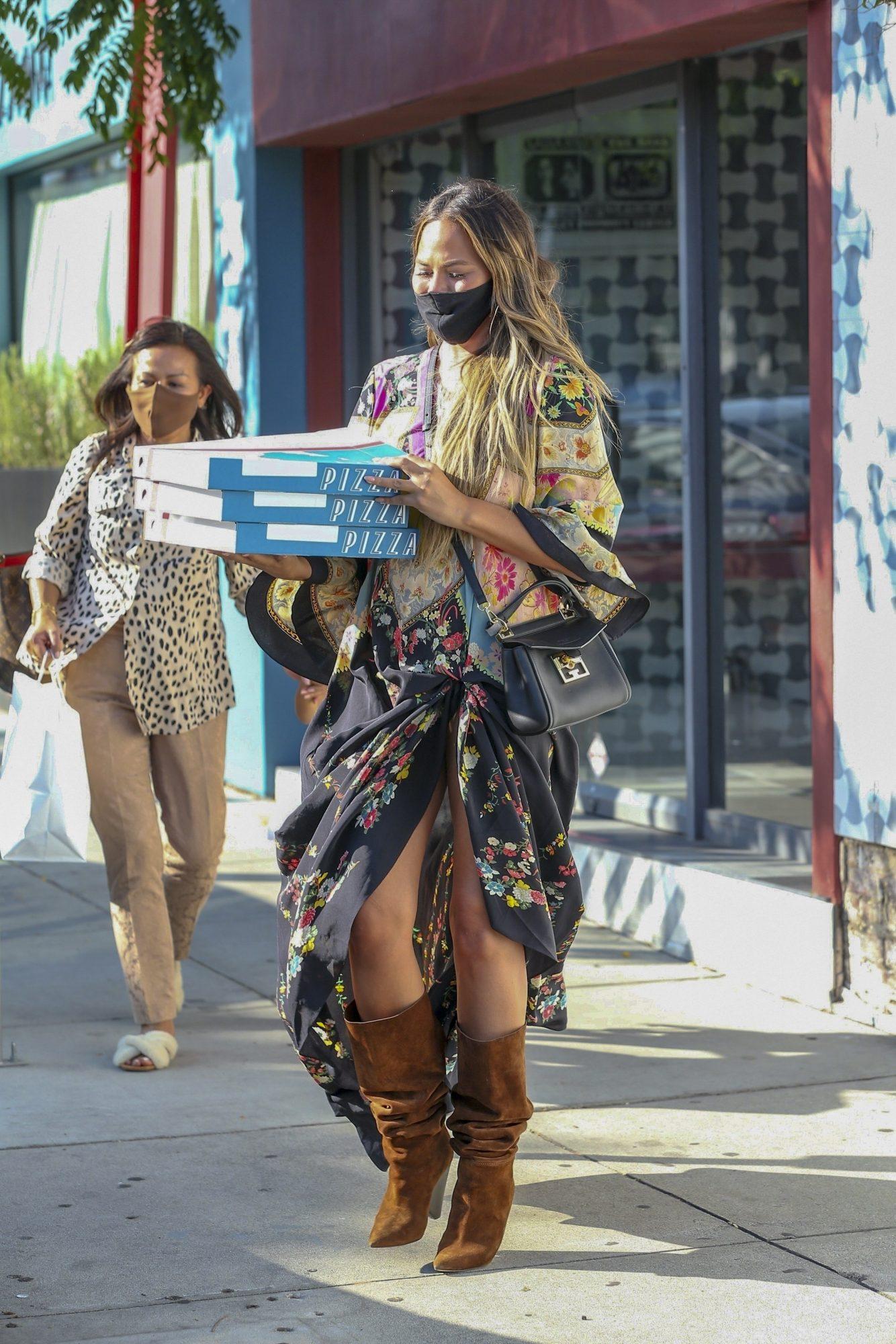 Chrissy Teigen, look, comprando pizza