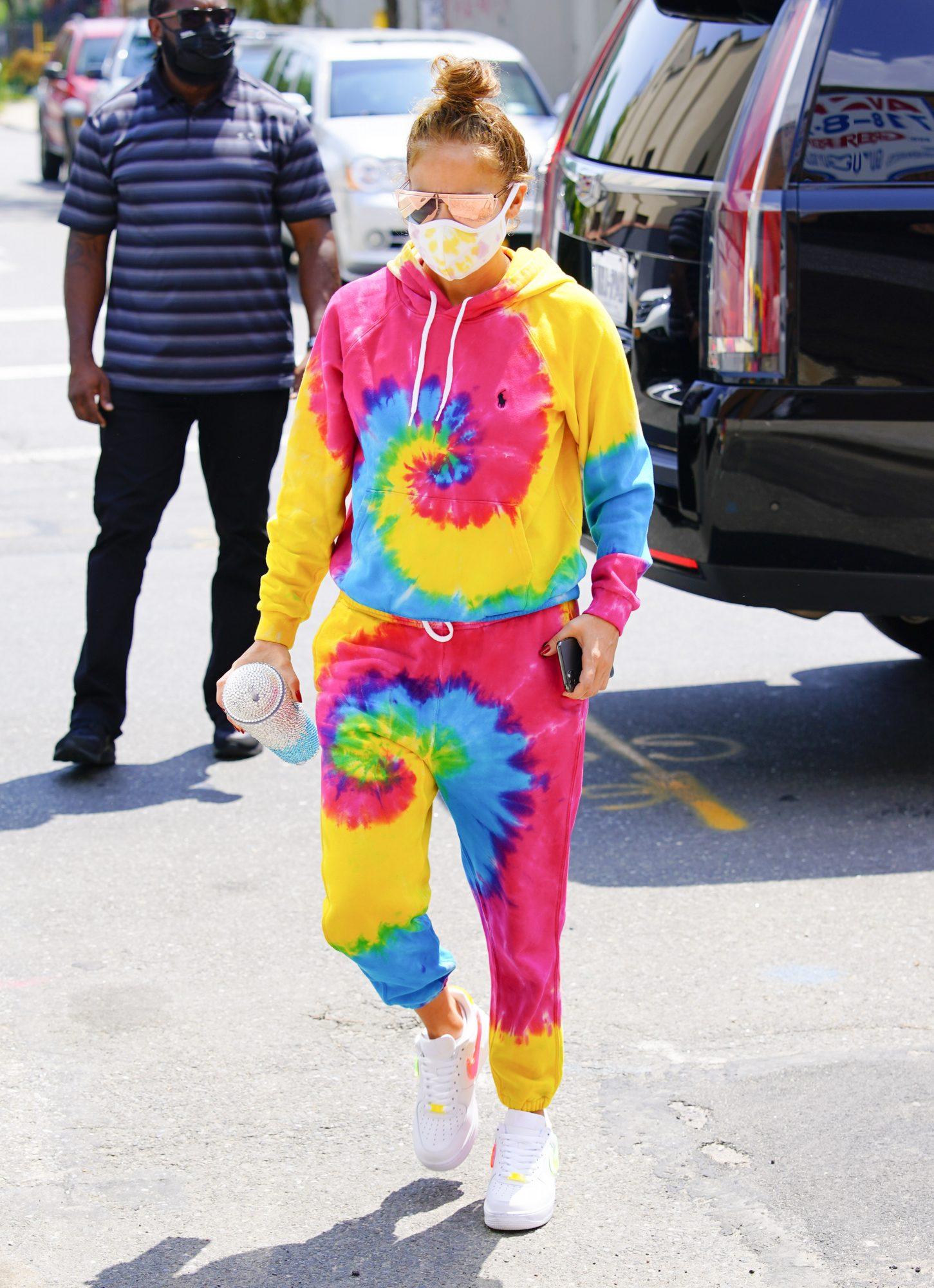 Otra que ha sucumbido a la moda del Tie-Dye es la diva del Bronx con este outfit que parece salido de un video musical de J Balvin.