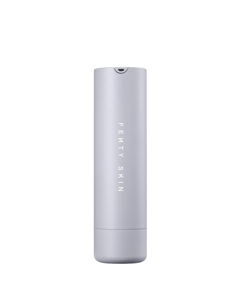 No importa tu color o tipo de piel, ni la época del año, el bloqueador solar debe usarse a diario. Esta fórmula ligera protege, combate la deshidratación, los puntos negros y la decoloración de la piel. Esta crema es compatible con maquillarse y además de tener un delicioso aroma a melón ¡es recargable!Bloqueador Hydra Vizor Invisible Moisturizer Broad Spectrum SPF30 Sunscreen, de Fenty Beauty. $35. fentybeauty.com