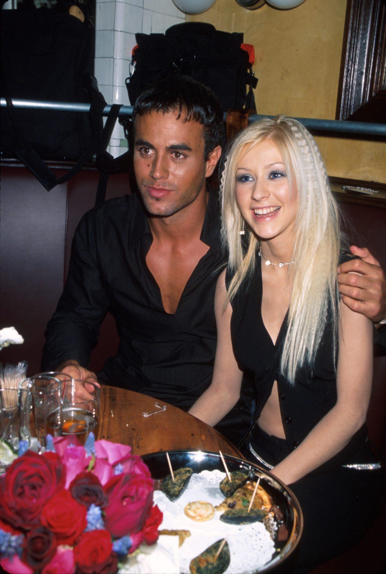¡Al cantante español le gustan güeras! Y según el runrún por ahí del 2000, Cupido los flechó con fuerza en un apasionado romance que ellos nunca han confirmado… o negado.