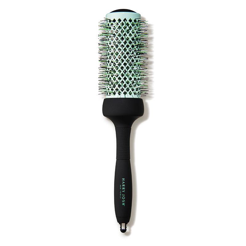 De nada sirve usar los mejores productos si a la hora de peinar nuestro cabello no usamos las mejores herramientas. Este cepillo con el cuerpo de cerámica recubierta de magnesio, reduce el tiempo de secado evitando dañar tu cabello en exceso, a la vez que proporciona un volumen increíble.CepilloMagnesium Thermal Brush 1.7 inch, de Harry Josh. $55.dermstore.com