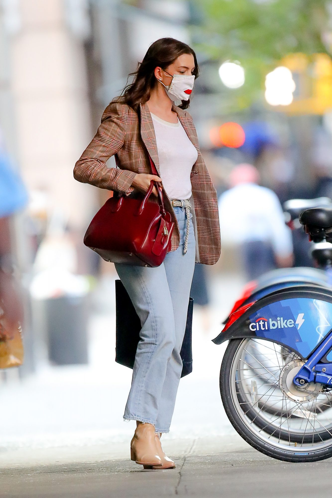 Anne Hathaway, look,