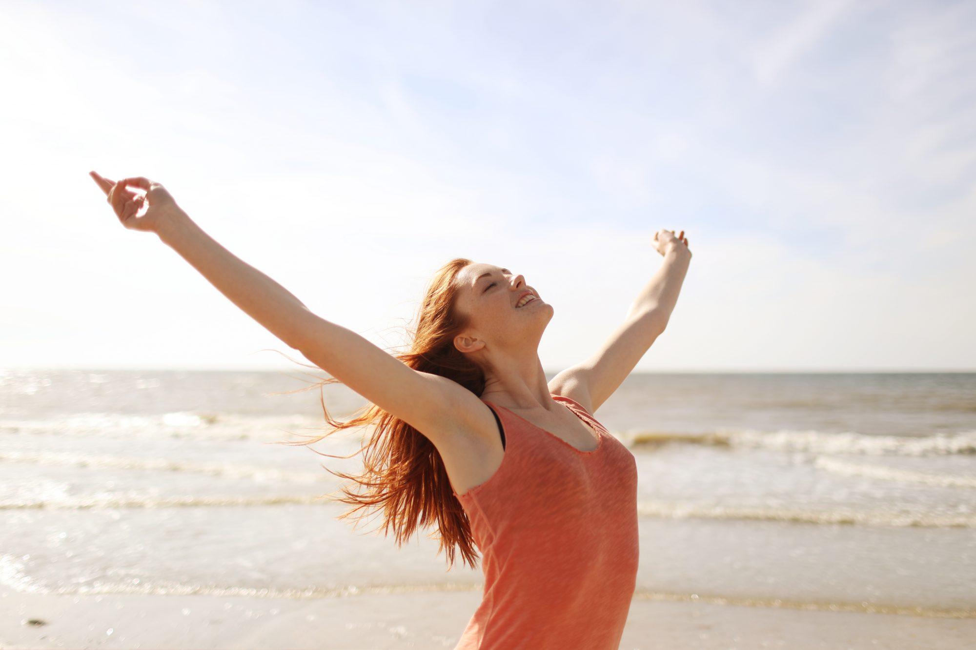 Mujer playa desconexión