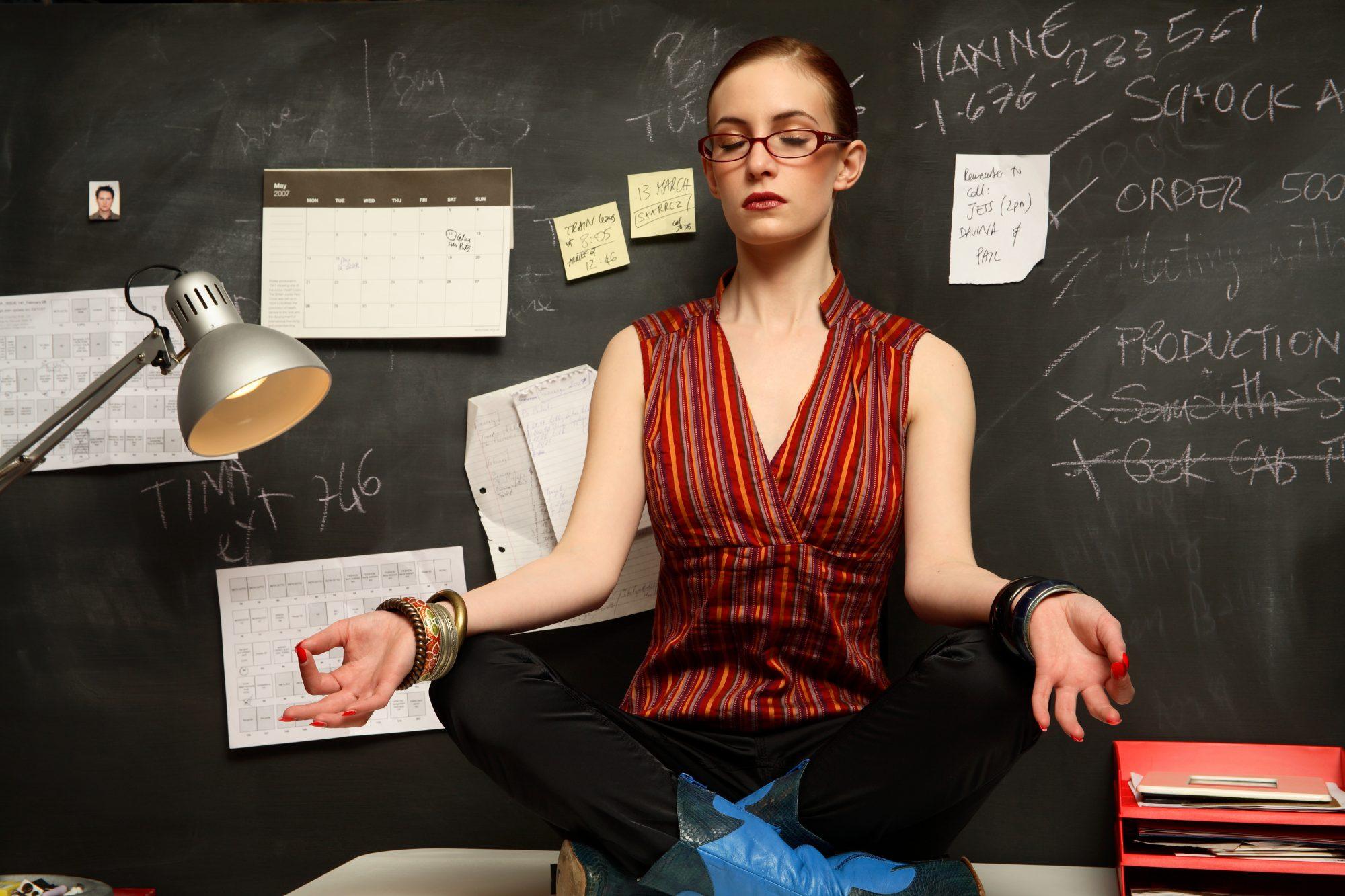 Mujer meditando calendario