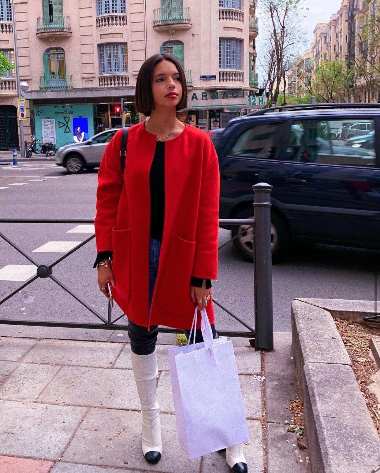 Angela Aguilar, gabardina roja