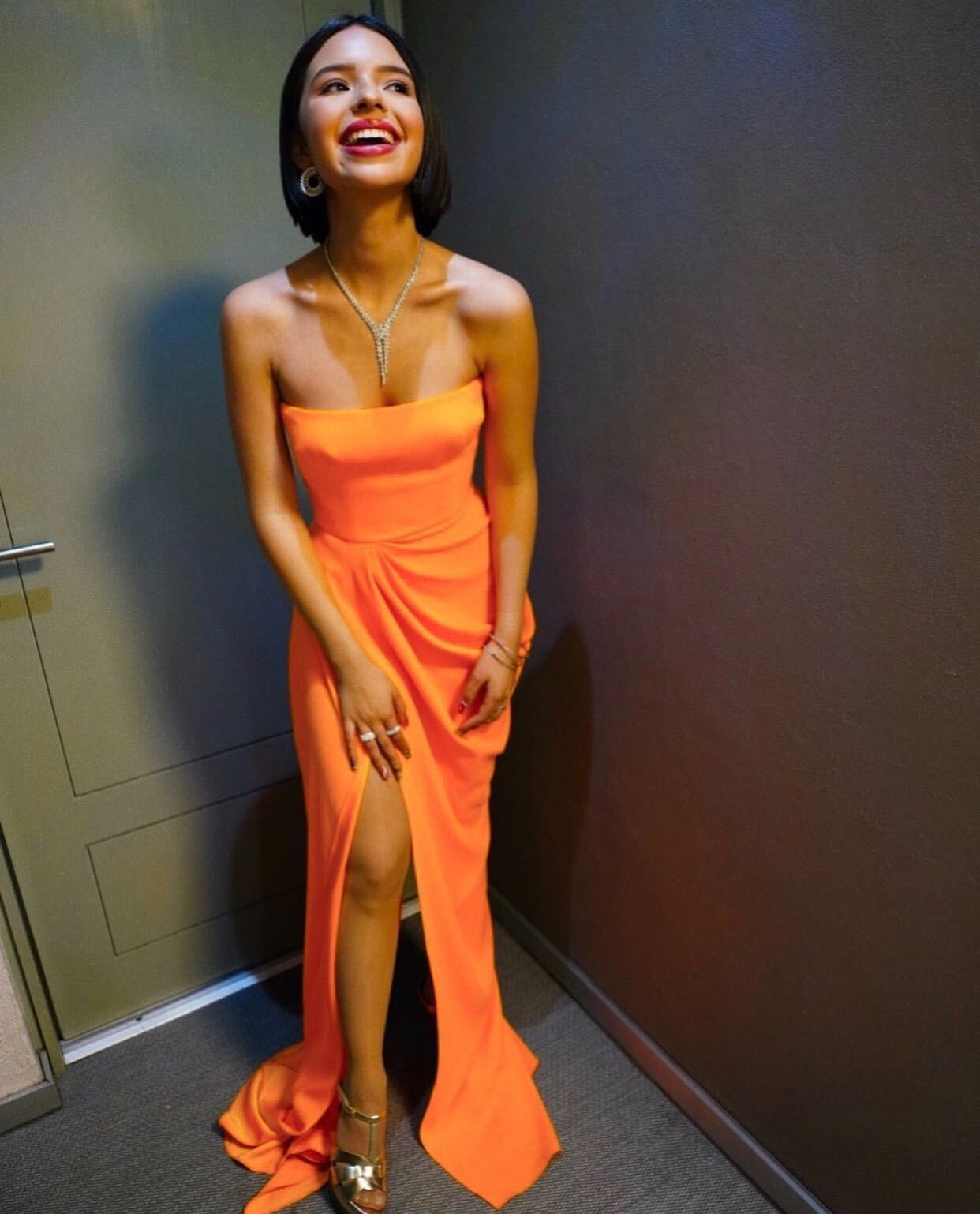 Angela Aguilar, vestido naranja