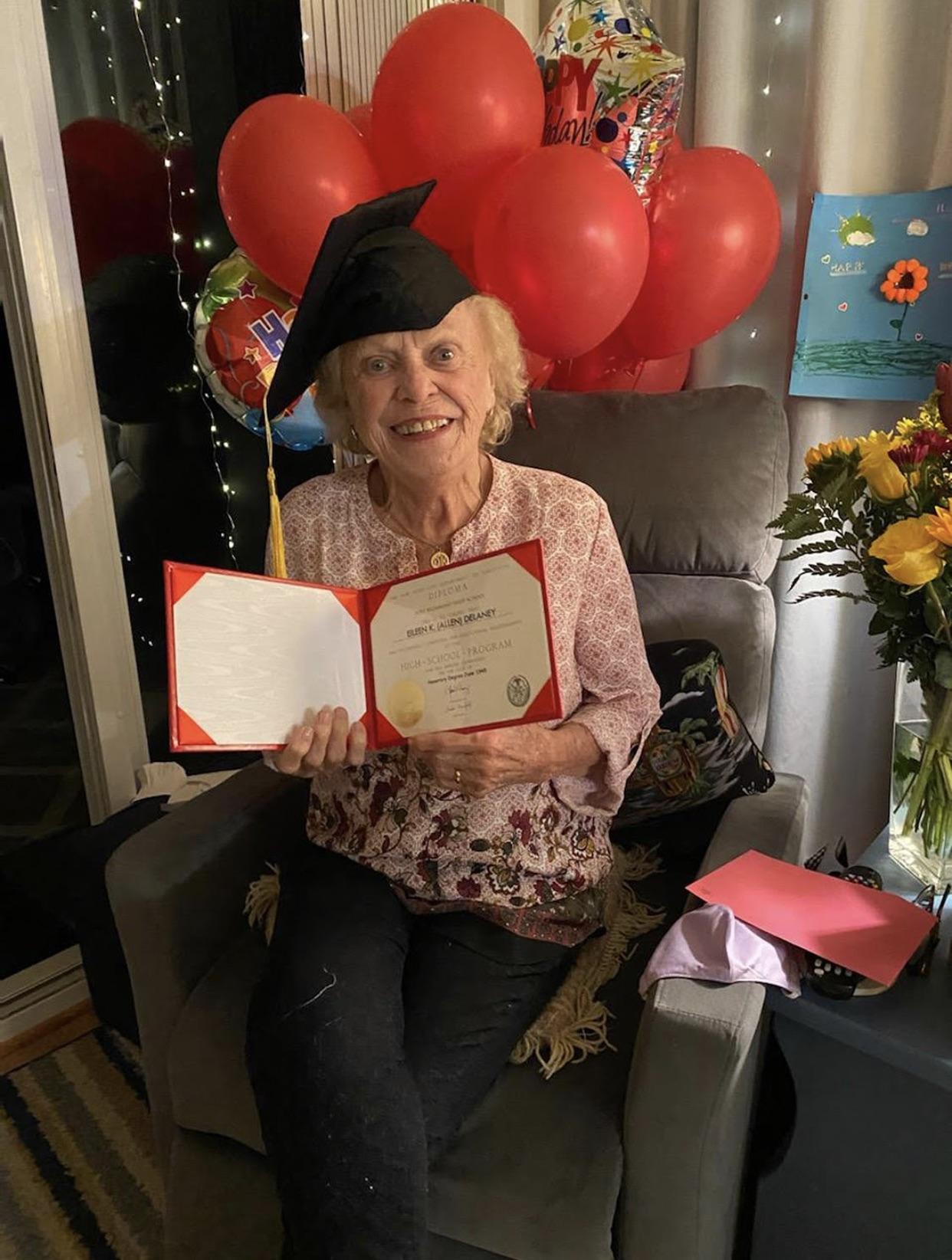 Anciana recibe diploma