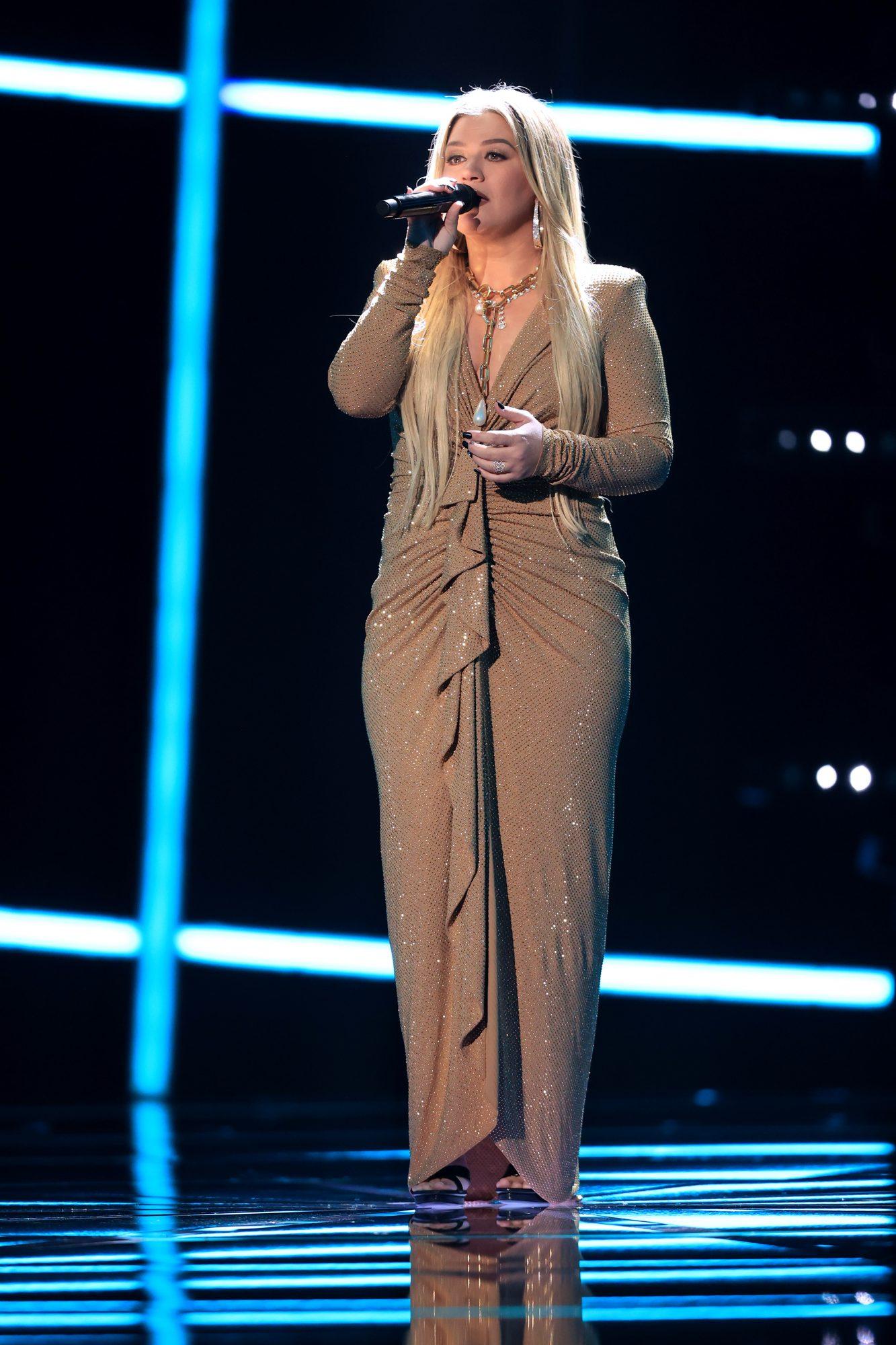 Kelly Clarkson, fashion, billboards 2020