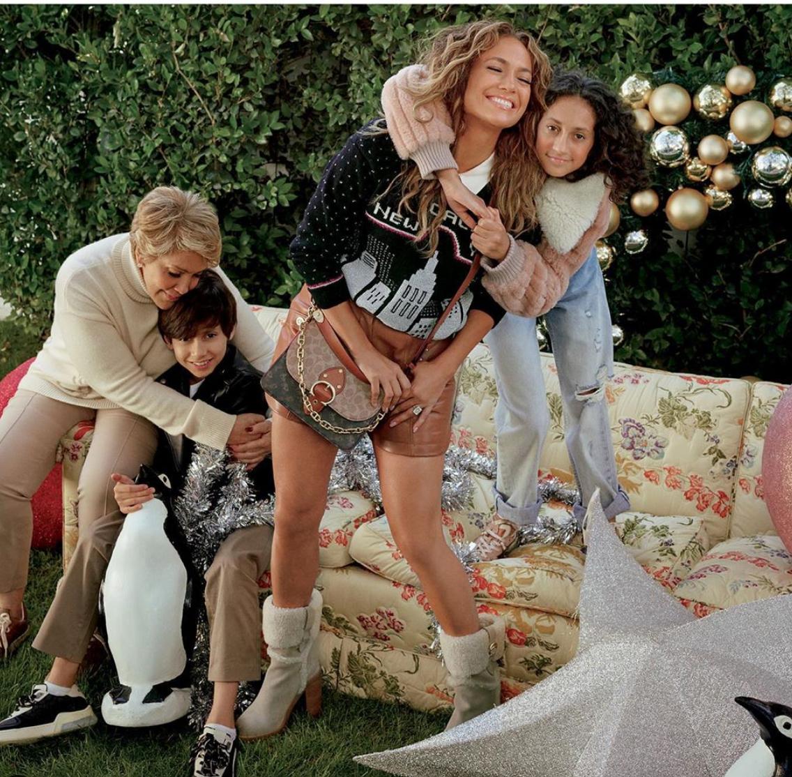 Jennifer Lopez campaña para coach junto a su familia