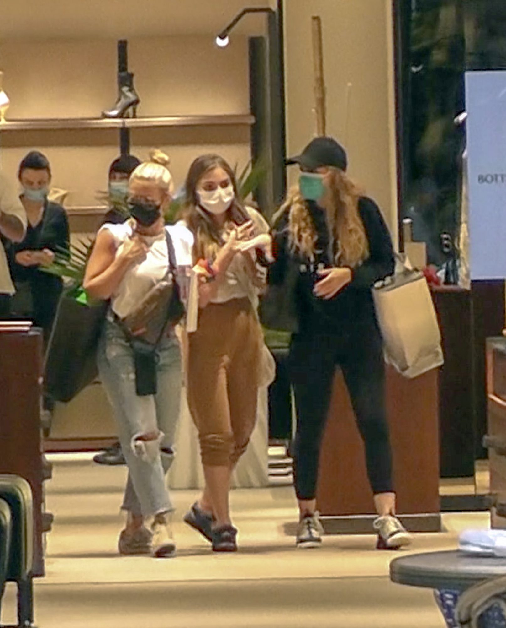 Angélica Rivera reaparece haciendo compras en Miami junto a us hija Sofia Castro