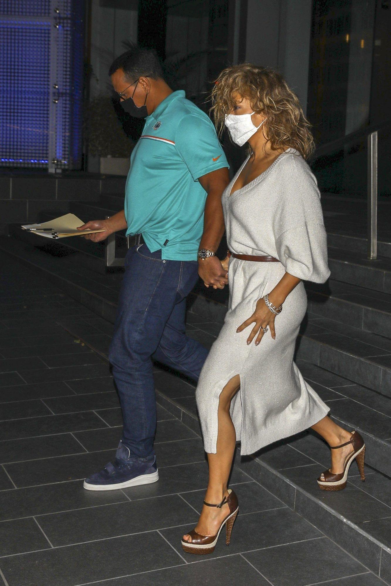 Jennifer Lopez goes out on a Sunday dinner date with Alex Rodriguez at Soho House in Beverly Hills vestido seda blanco