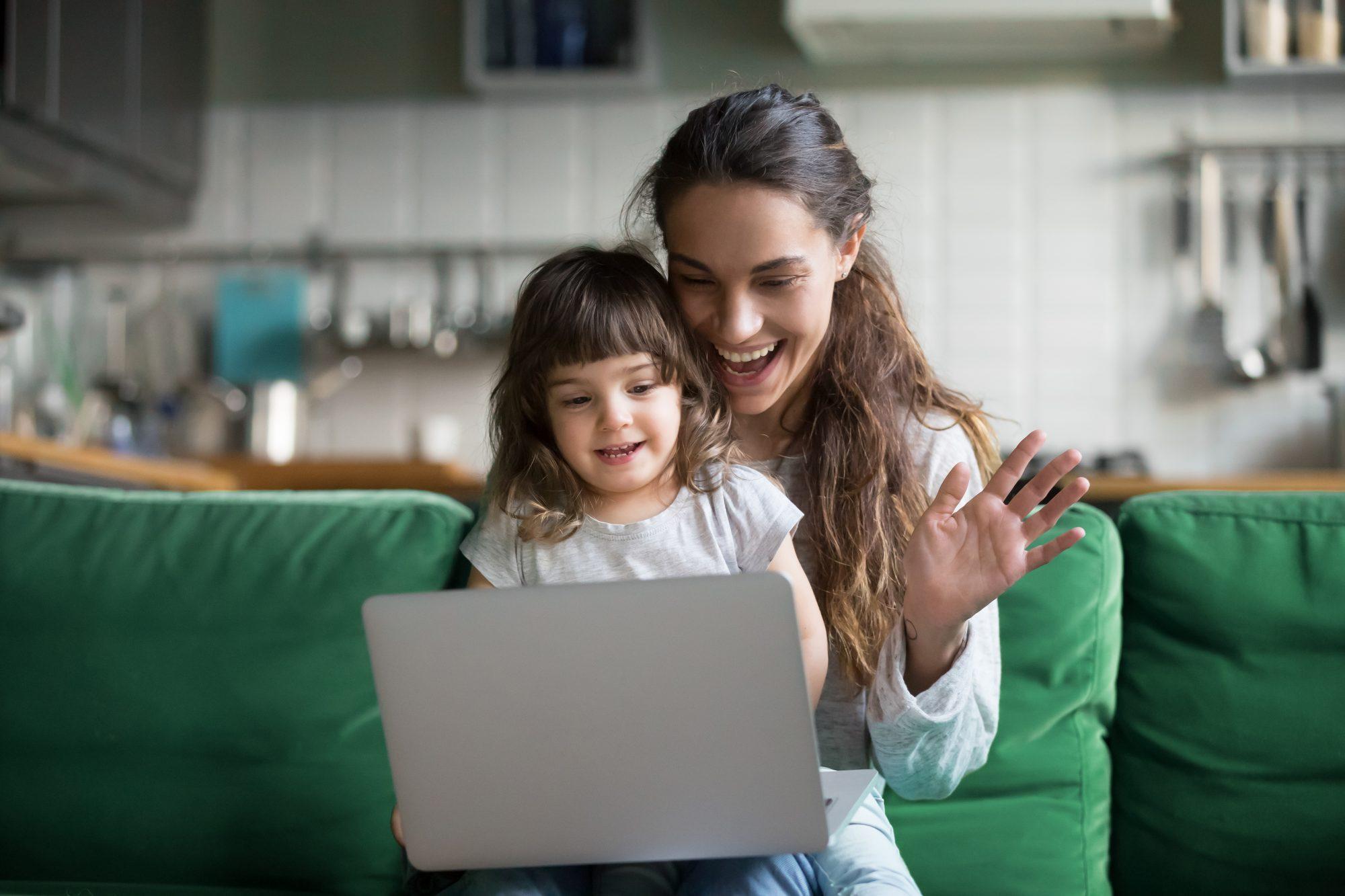 Mamá e hija en reunión virtual