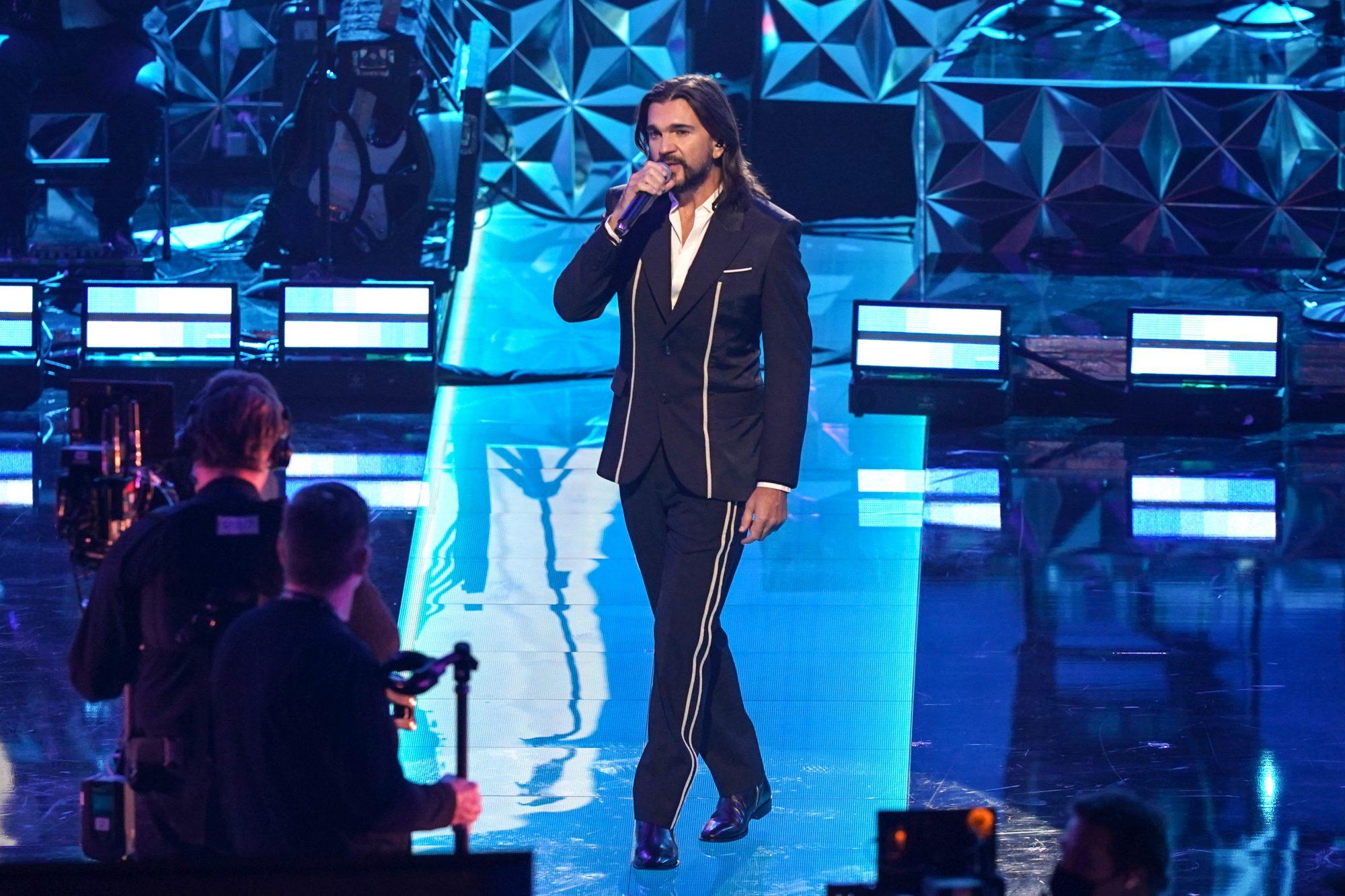 """El cantante colombiano Juanes cantó """"El gato que está triste y azul"""" del maestro brasileño Roberto Carlos."""