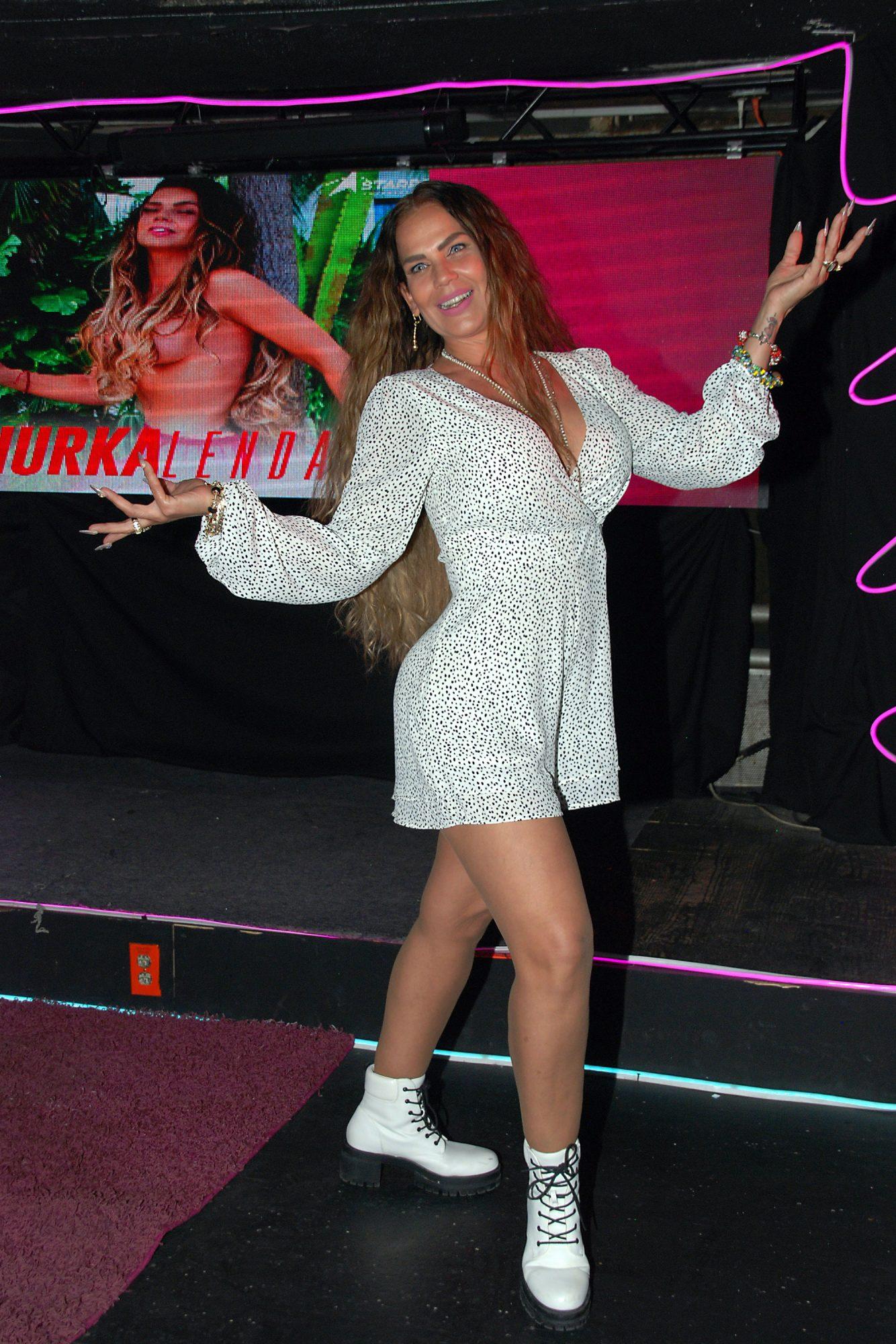Niurka Marcos presenta su sexy Niurkalendario 2021, con fotos dedicadas a todos sus fans, en un bar de la Zona Rosa, en el centro de la capital mexicana. Cada almanaque tendrá un precio de $290 pesos (unos 14 dólares) y $590 (28 dólares) si lo quieren con una dedicatoria personal de la cubana/México, 3 de diciembre 2020.