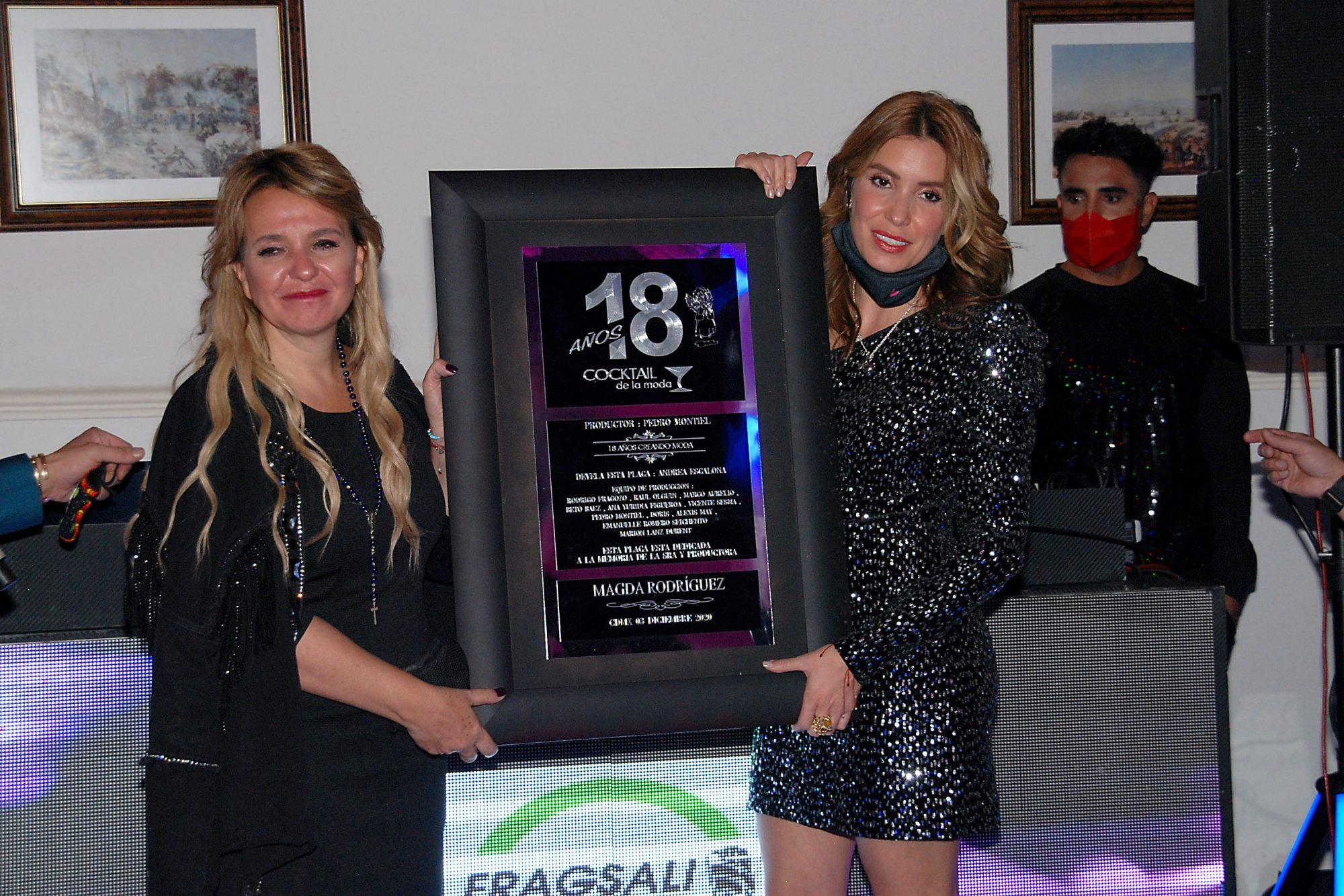 Andrea Escalona y su tía Andrea Rodríguez develan una placa conmemorativa en honor a la trayectoria de la fallecida productora Madga Rodríguez durante la edición número 18 del Cocktail de la Moda/México, 3 de diciembre 2020.