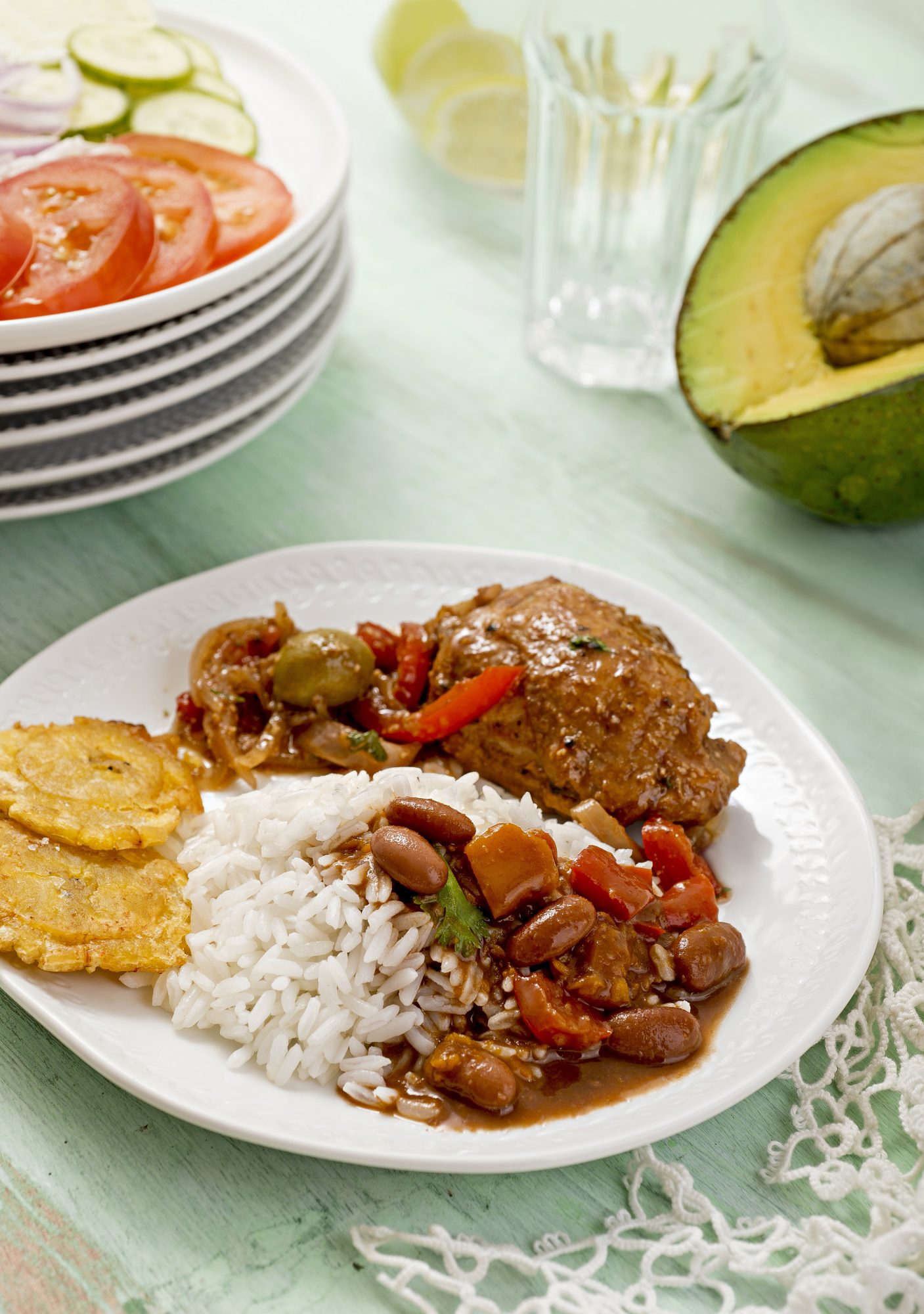Braised chicken with beans, rice and tostones (Dominican Republic) - Saborealo - December 2020/January 2020