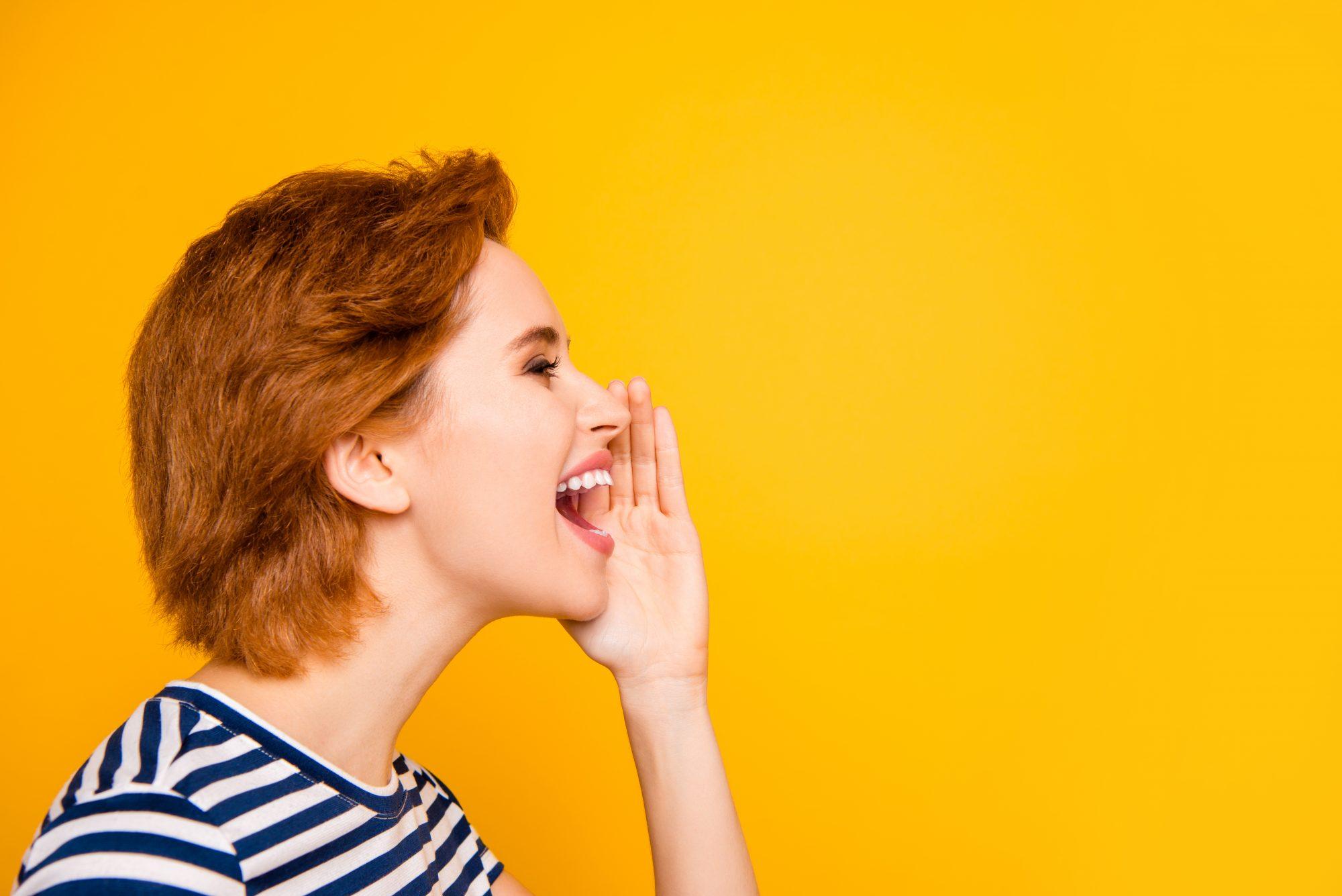 Todos sabemos que las celebraciones traen momentos de conversaciones especiales con los seres queridos. Sin embargo, es importante que tanto tú como los demás invitados de la fiesta no se vean en la necesidad de alzar sus voces para ser escuchados.Esto ayudará a mitigar la saliva que sale de la boca a la hora de hablar.                                        Mantener un tono bajo es recomendado a la hora de interactuar con otros. Pedirle al anfitrión que tenga un volumen bajo de la música, evitará que los invitados tengan que subir su voz para conversar.