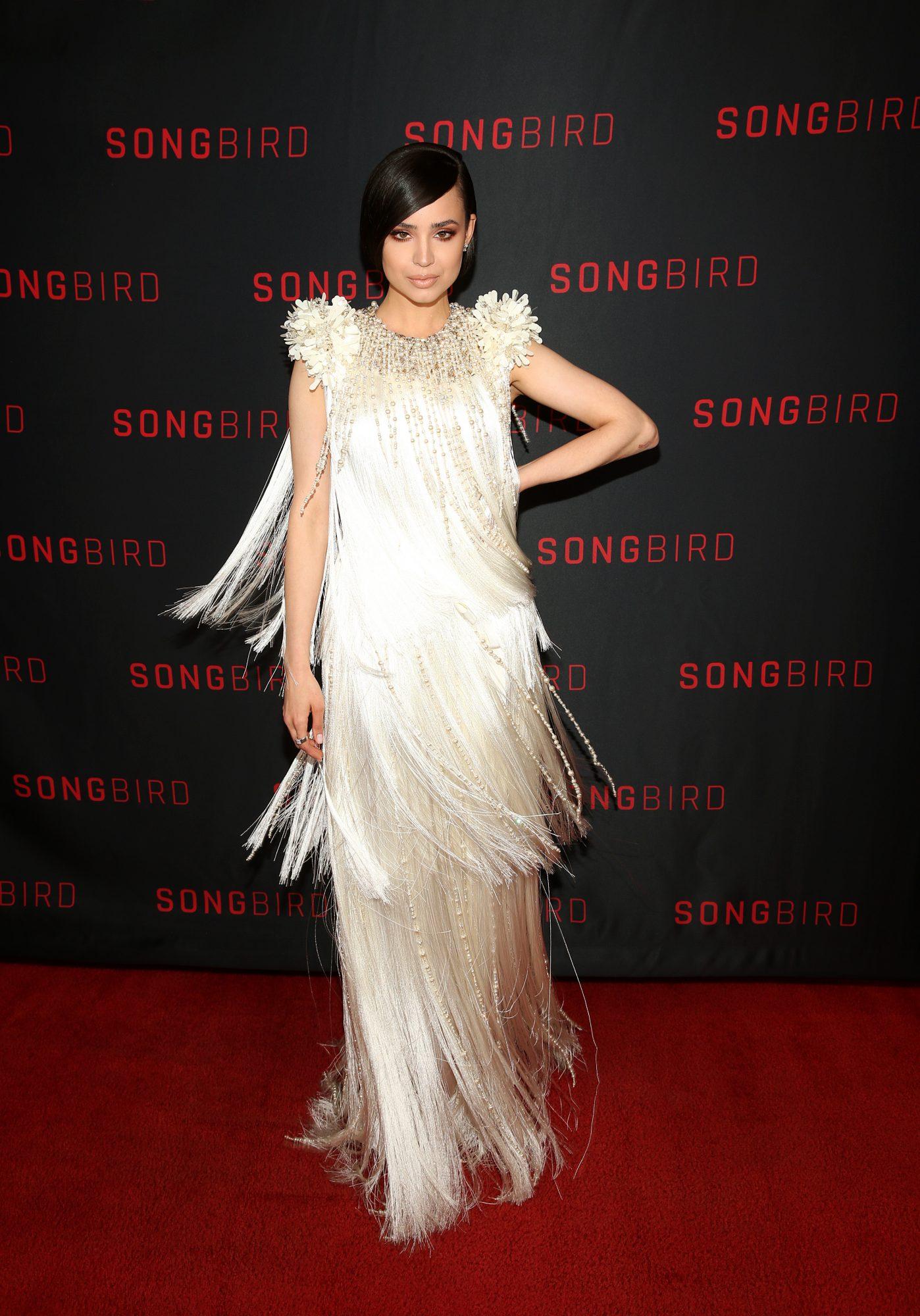 Sofia carson en la premier de Songbird, look, vestido de flecos