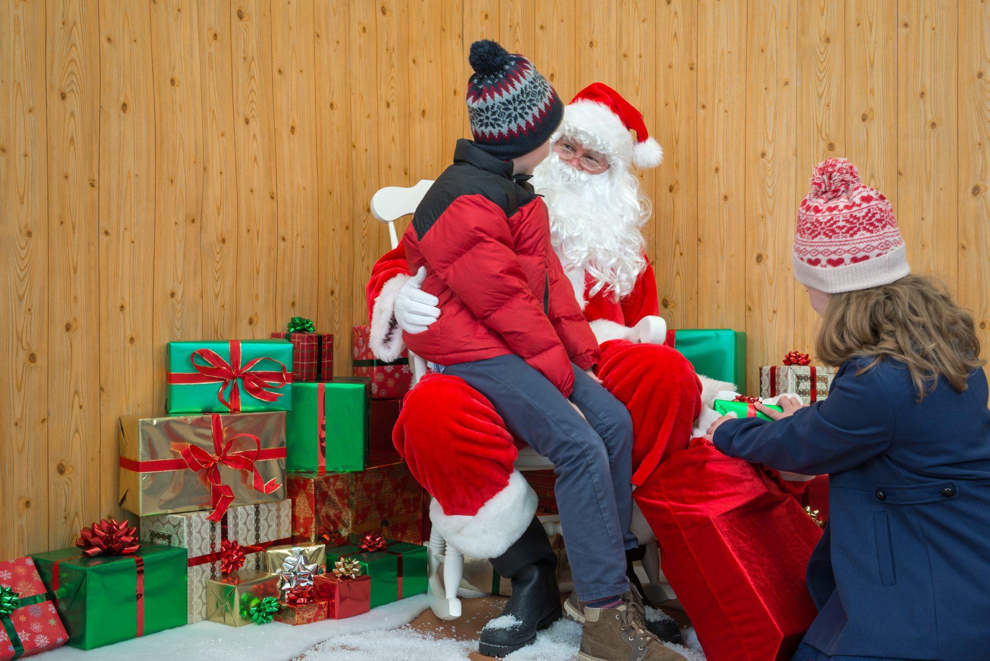 Santa y Mrs. Claus dan positivo por COVID-19 tras tomarse fotos con 50 niños en Georgia
