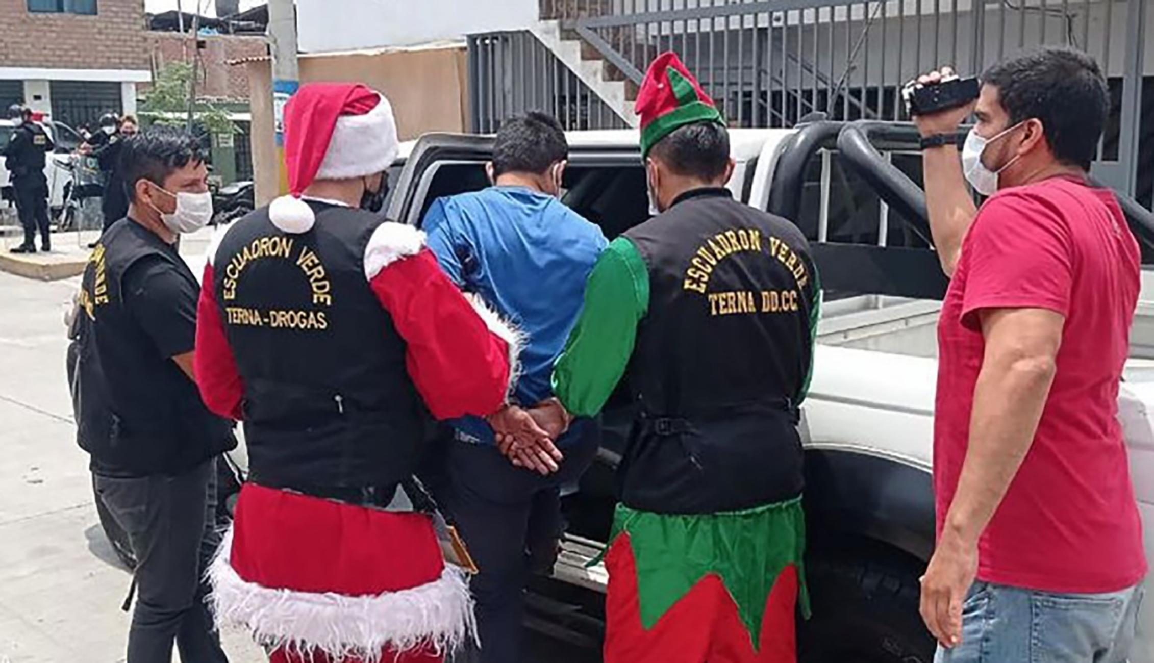 Policia en peru vestido de santa