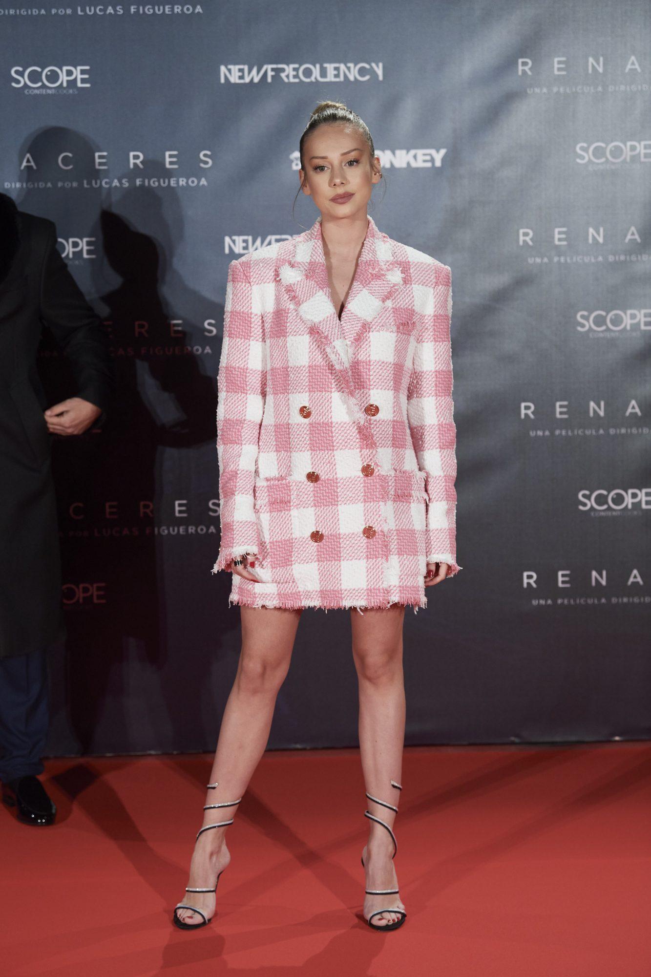 Esther exposito, look, vestido tipo esmoquim, premier pelicula renaceres