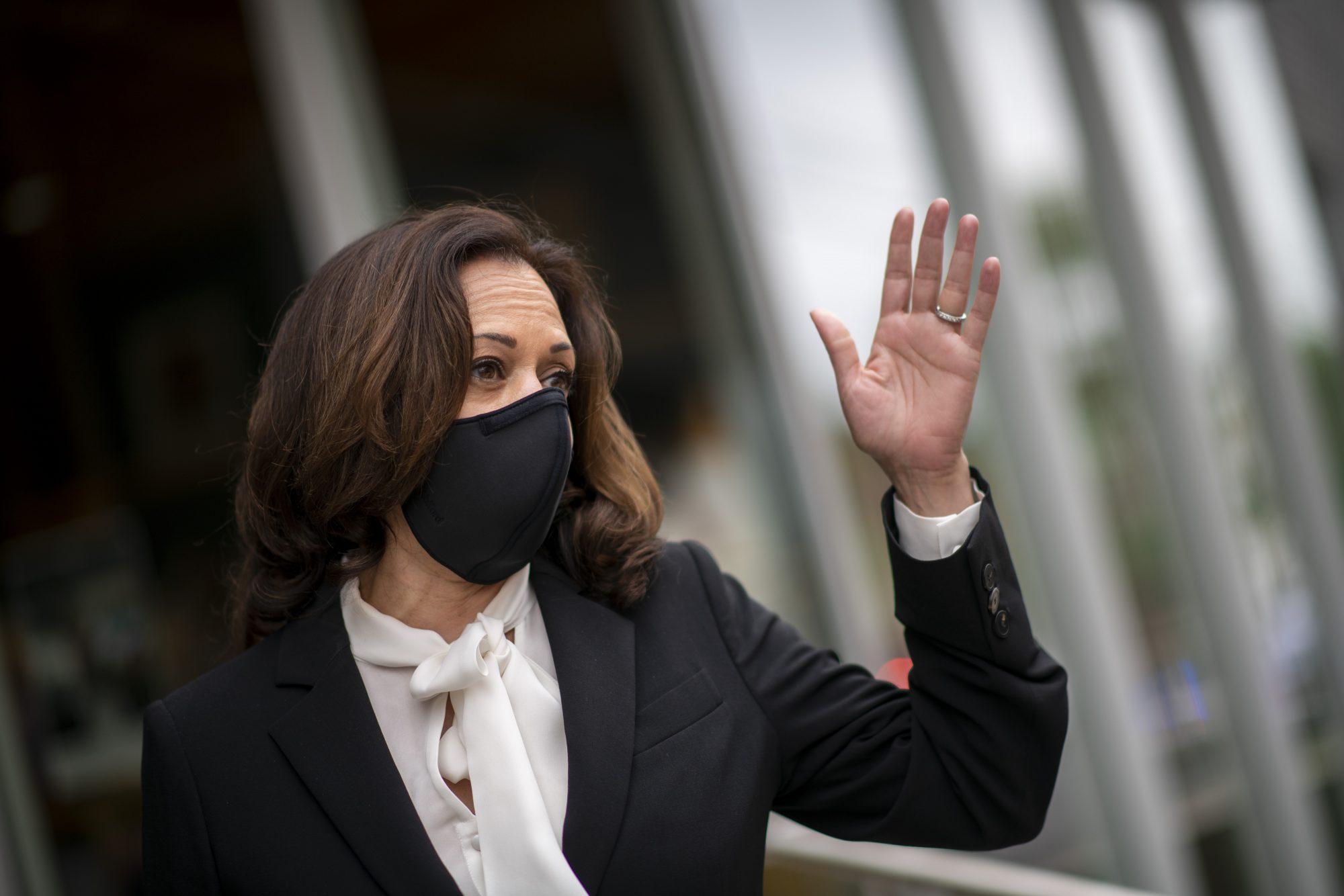 Kamala Harris con mascarilla
