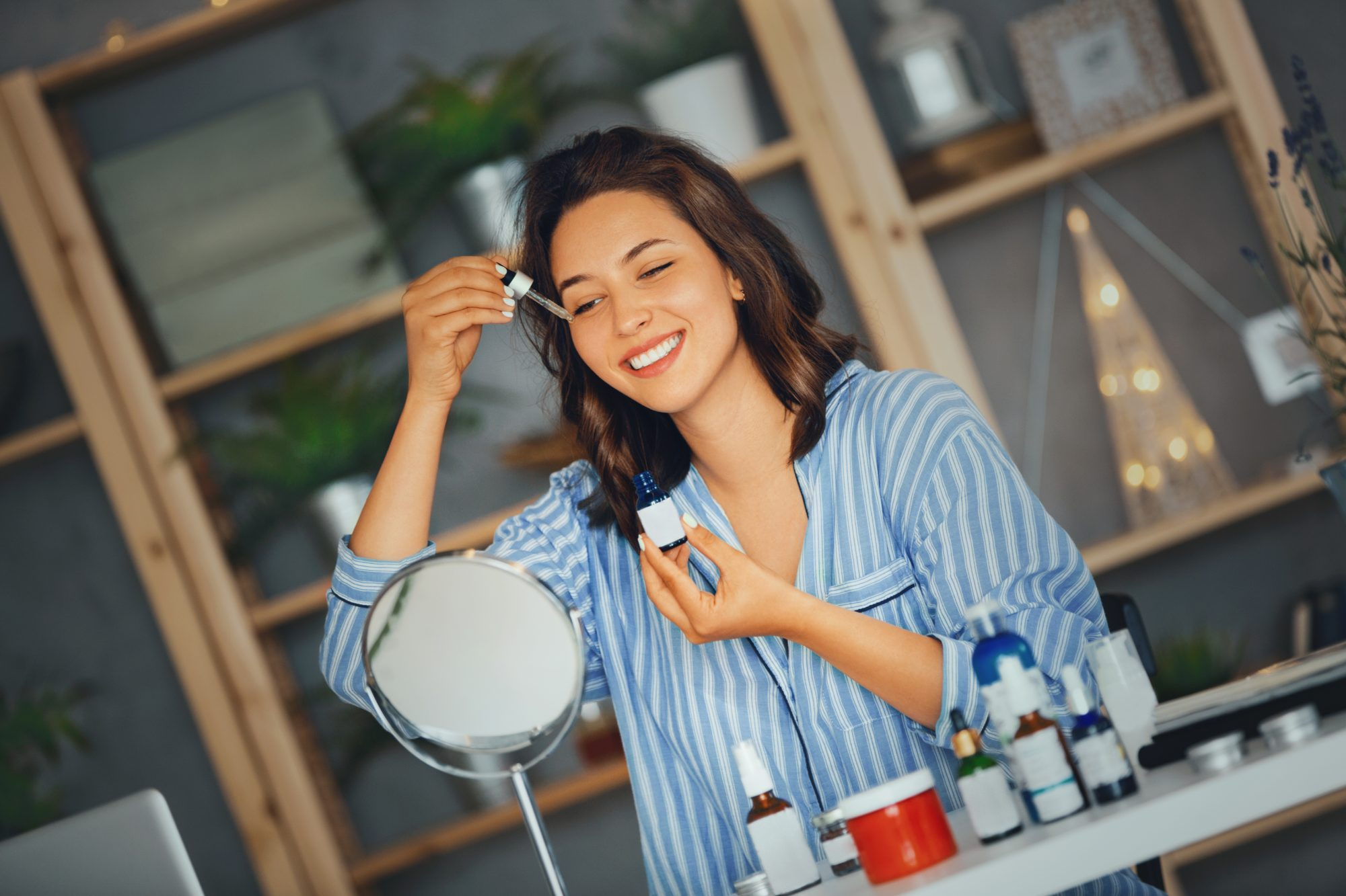 Mujer aplicando suero rostro