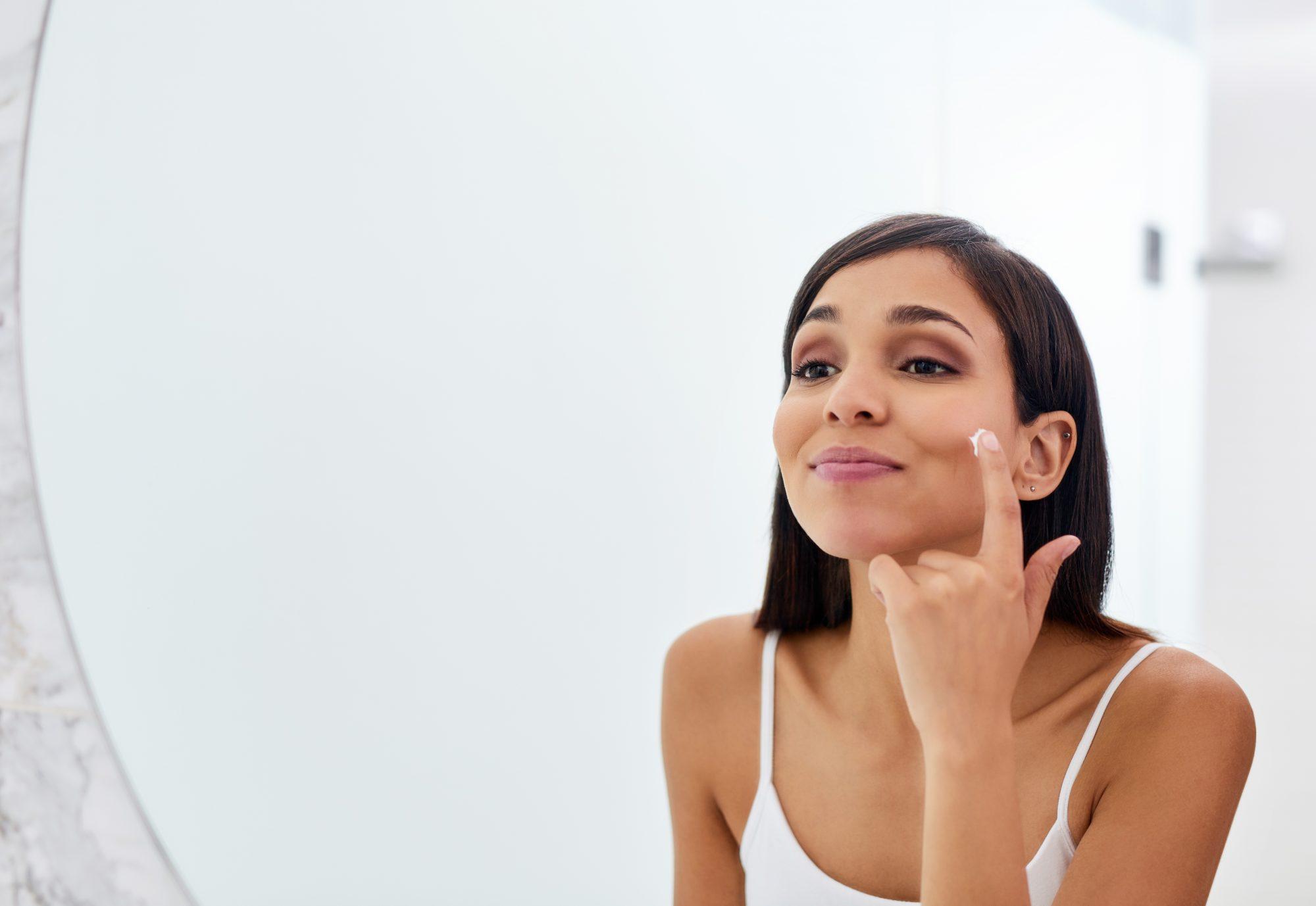 Mujer probando productos belleza espejo