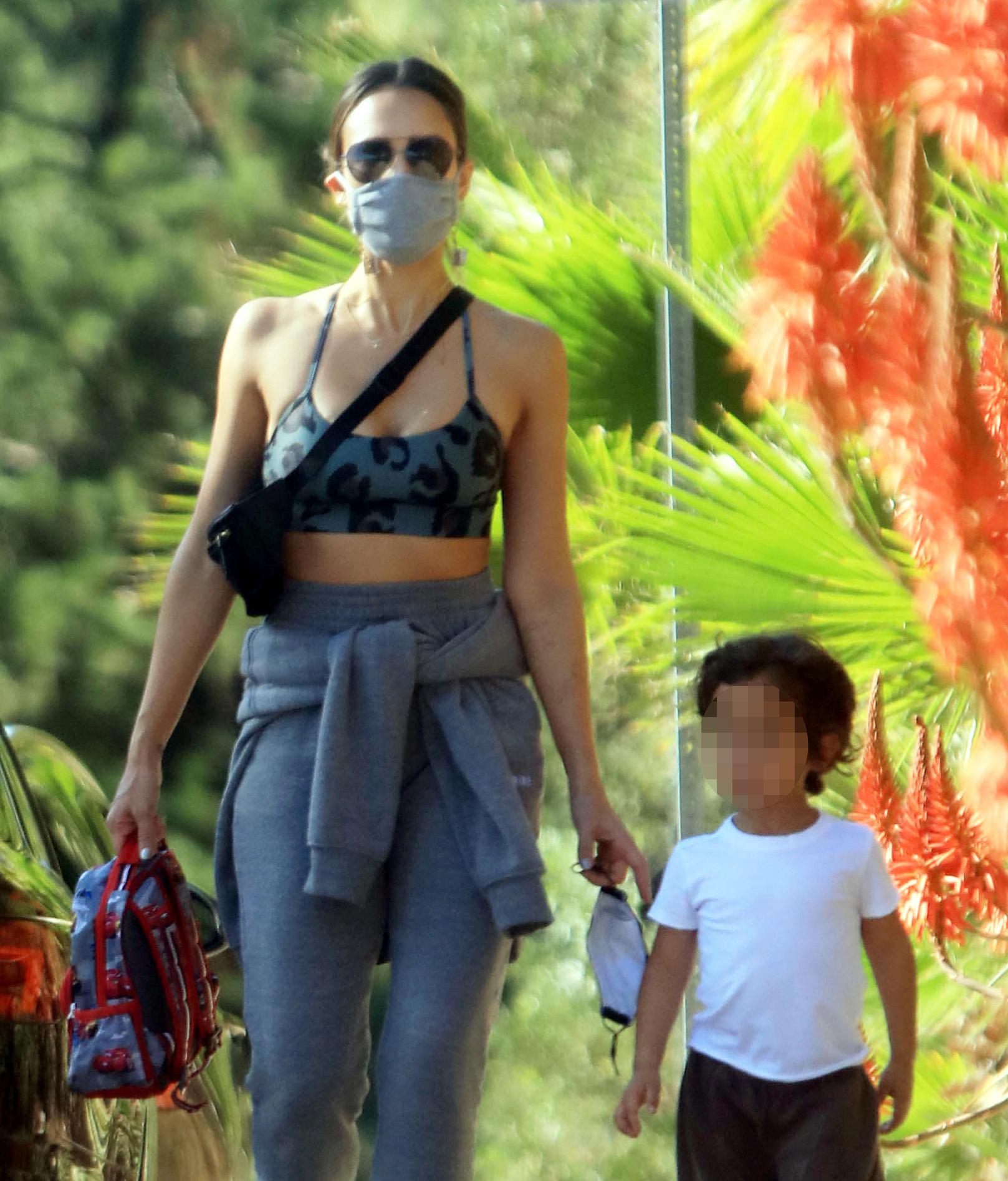 Otra que salió de paseo pero por la soleada Los Ángeles fue Jessica Alba a quien vemos acompañada de su hijo menor, Hayes.