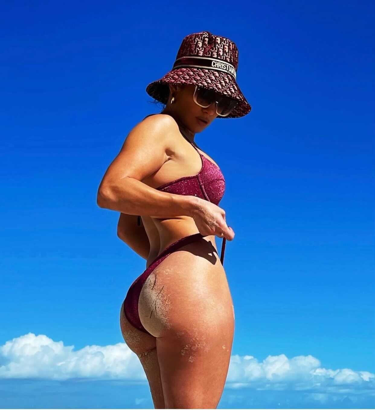 Jennifer López muestra trasero con un sexy bikini | People en Español