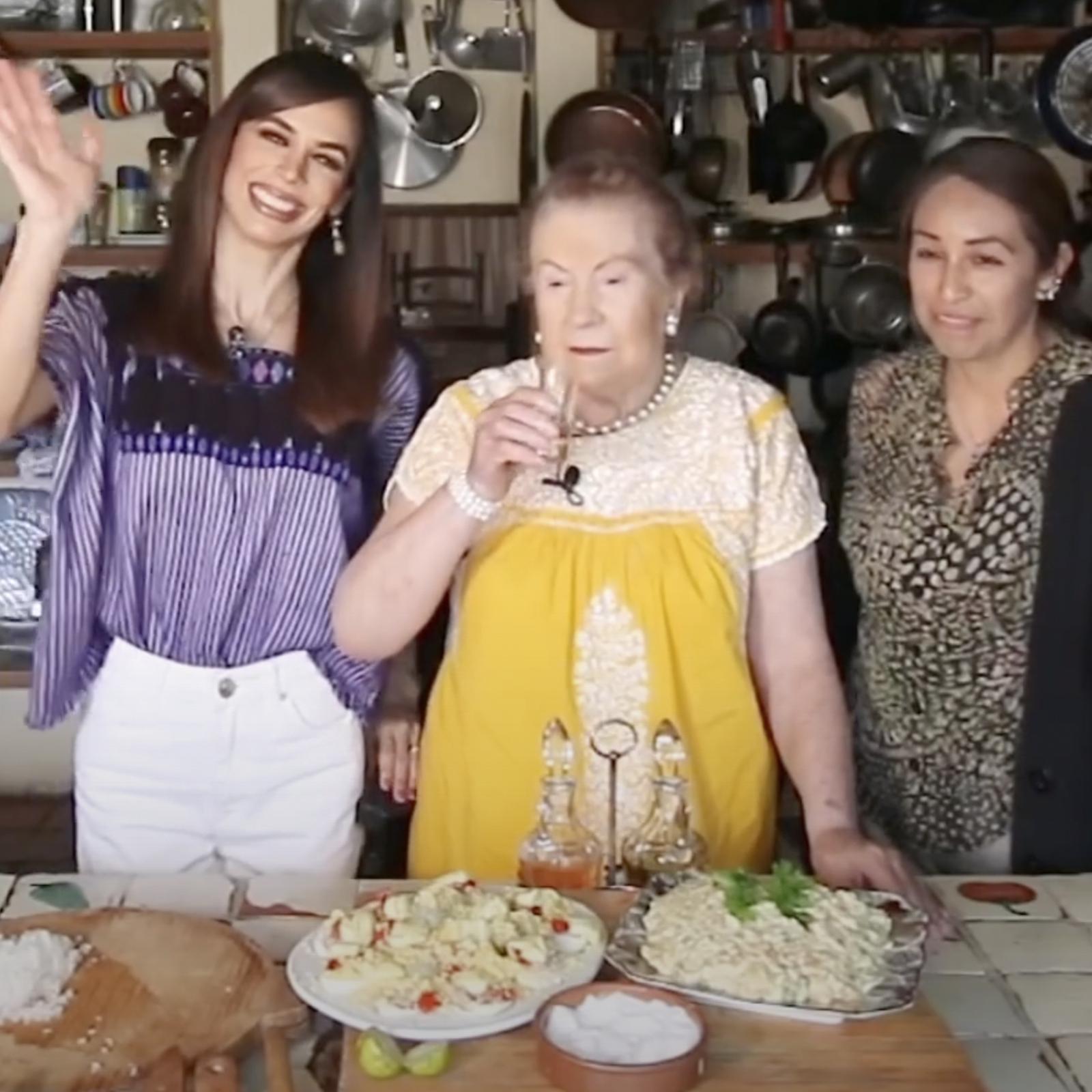 Biby Gaytan cocinando con su suegra Maria madre de Eduardo Capetillo