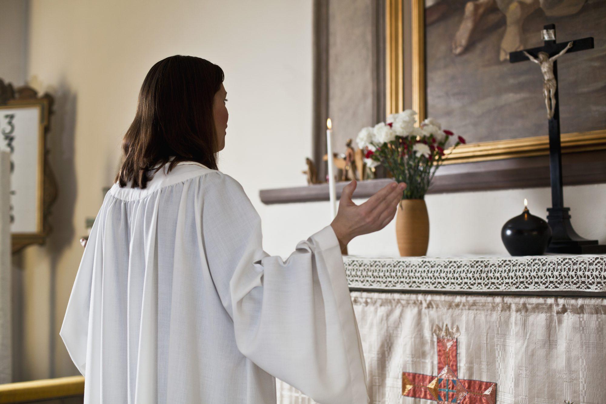 Mujer en iglesia