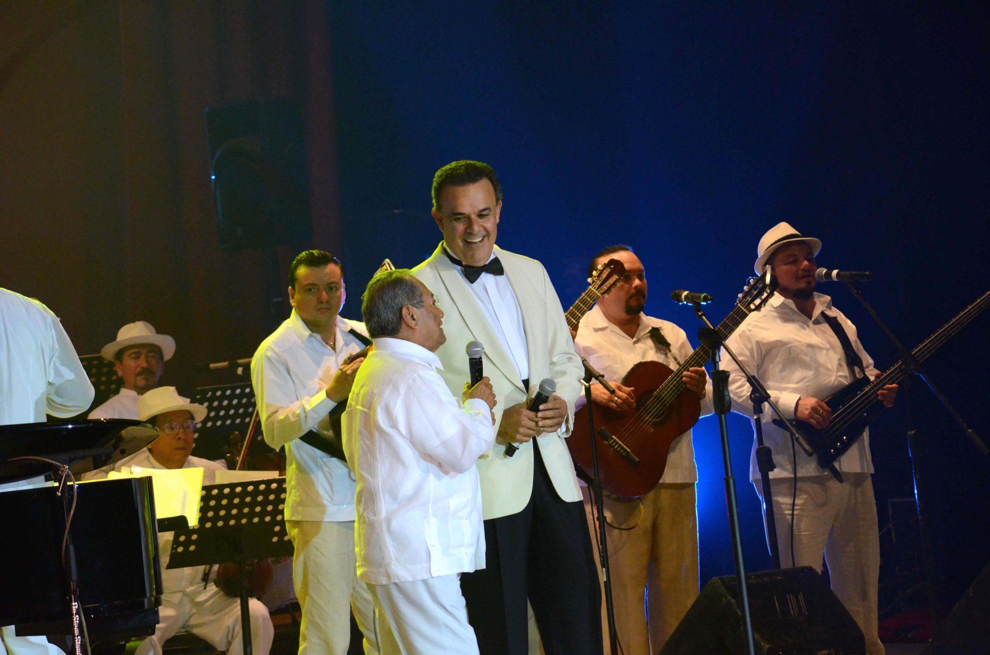 fernando de la mora con armando manzanero en su homenaje en mexico 2015