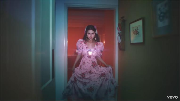 Selena Gomez look video en español