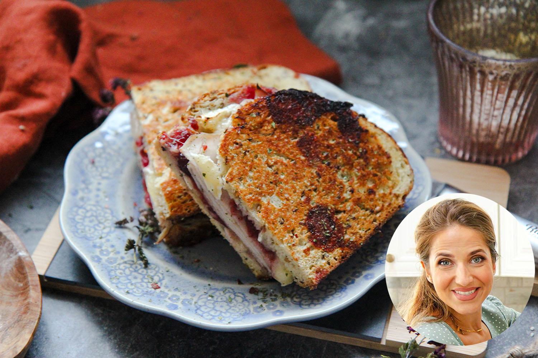 La chef Laura Vitale comparte su receta de sándwich de pavo con arándanos y queso brie