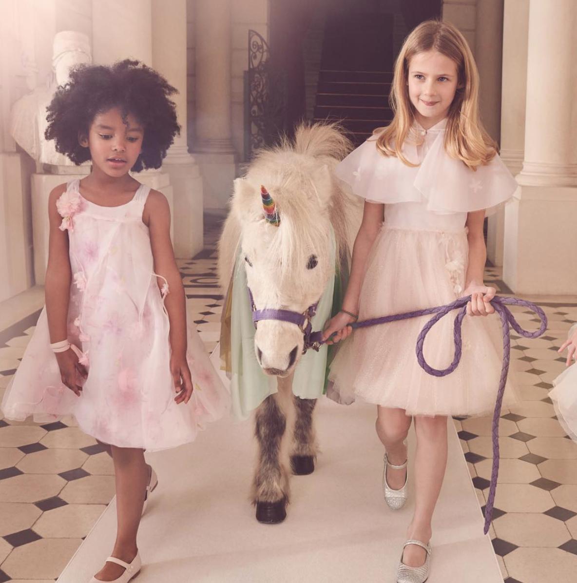 Baby Dior vestido con capa princesa Gabriella de Monaco