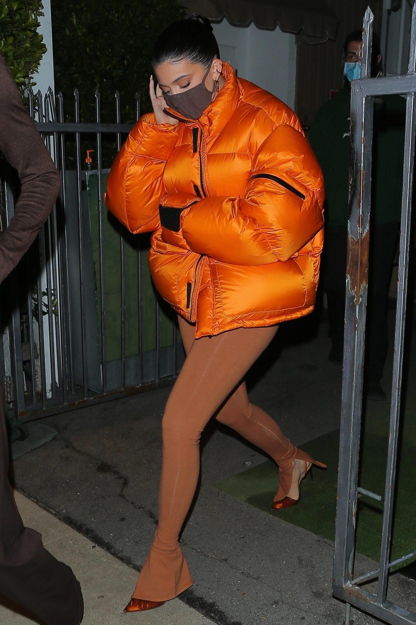 Kylie Jenner, look, abrigo naranja, abrigo acolchonado, Los angeles