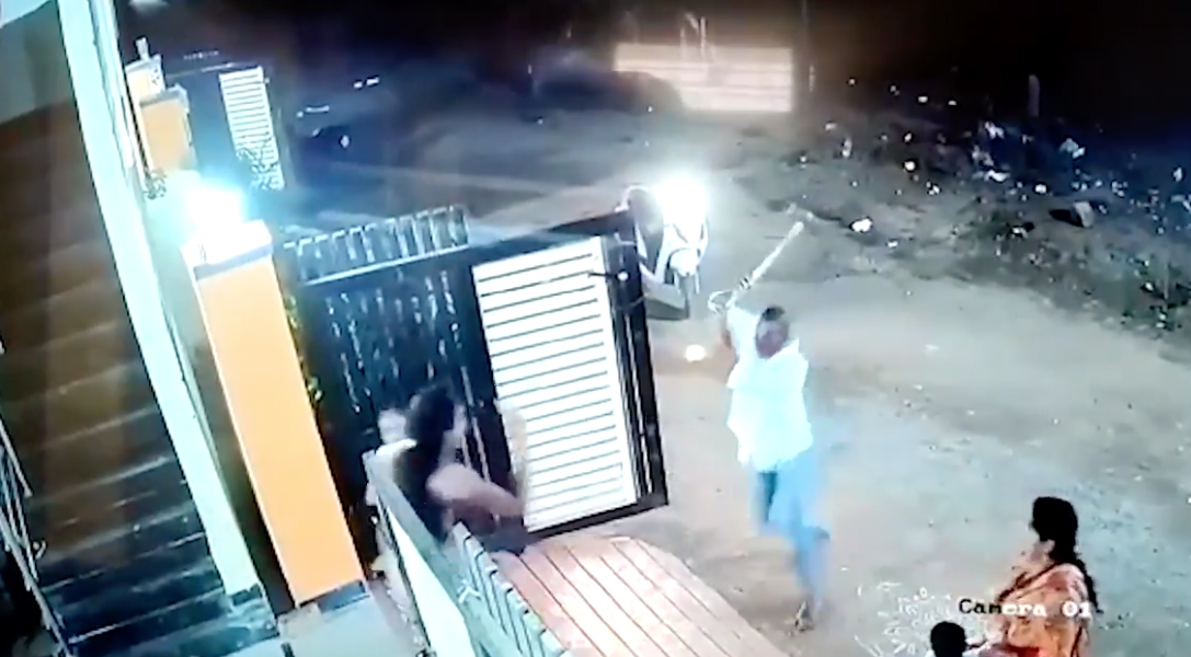 mujer atacada con un hacha en india