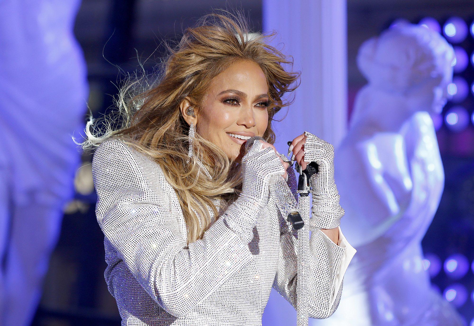 Jennifer Lopez con cabello corto, corte pixie, portada revista Allure, celebracion fin de año, Time Squares, new York